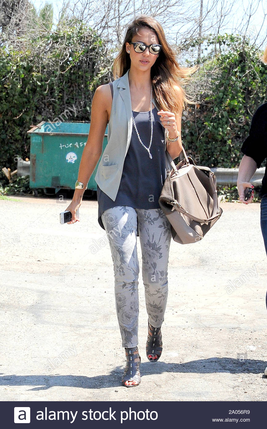 Santa Monica Ca Jessica Alba Gets Some Mexican Food To Go In Santa Monica And At