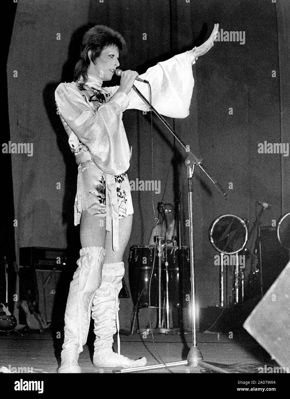 July 4, 1973 - London, England, United Kingdom - Pop star DAVID BOWIE raises his hand toward the crowd while performing live on stage at his final concert at the Odeon Theatre. He proclaimed to fans at the end, that 'this is the concert I will never forget, as it's the last I'll ever do.'  (Credit Image: © Keystone Press Agency/Keystone USA via ZUMAPRESS.com) Stock Photo