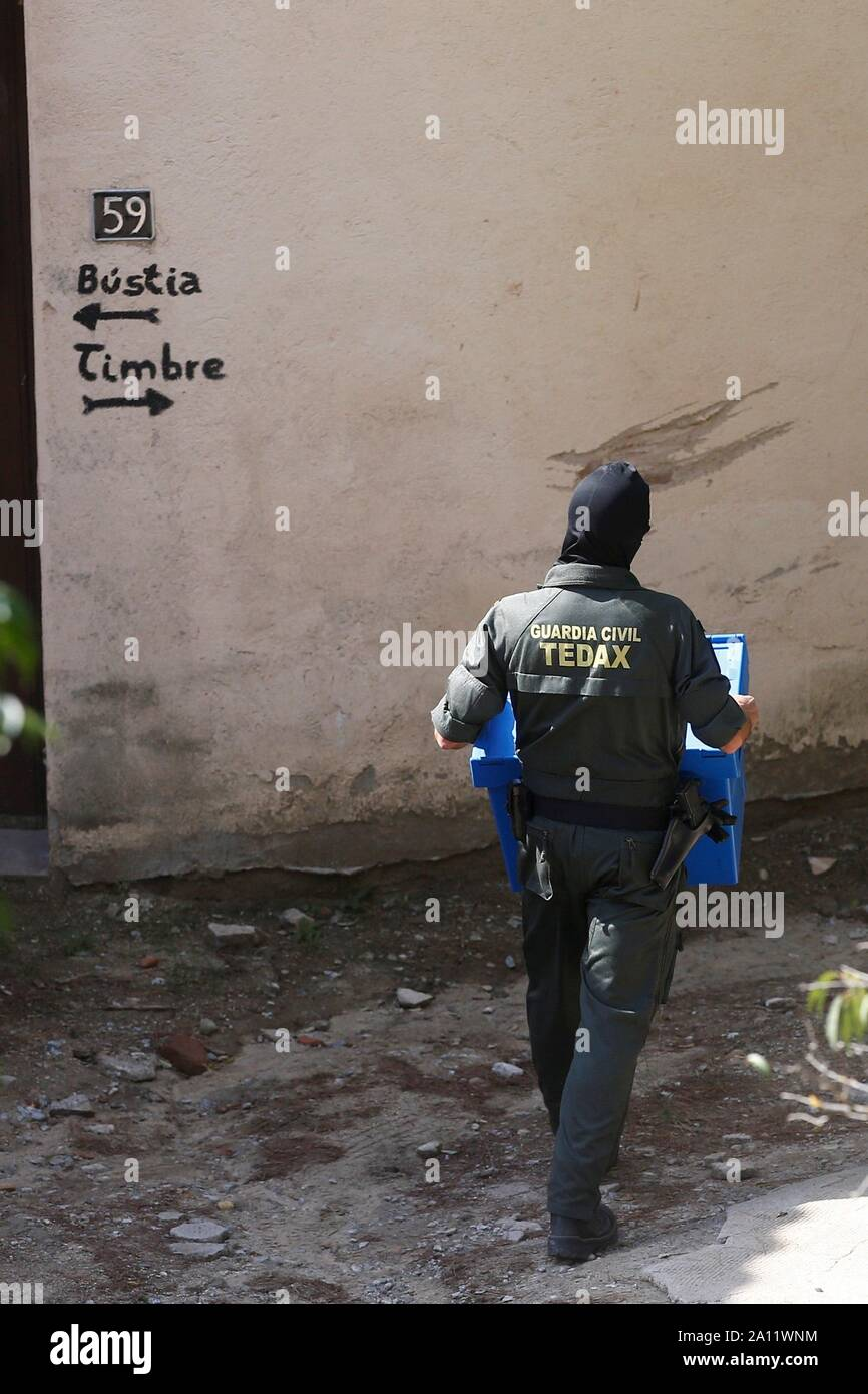 Sant Fost De Campcentelles, Spain. 23rd Sep, 2019. Civil Guard agents on guard at a residential area in Sant Fost de Campcentelles, Barcelona, Spain, during one of several searches ordered by a judge of the Audiencia Nacional Number 6 Central Court, 23 September 2019. A total of nine pro-independence people, members of the so-called Committees for the Defense of the Republic (CDR), have been arrested accused of planning violent actions. Credit: Quique Garcia/EFE/Alamy Live News Stock Photo