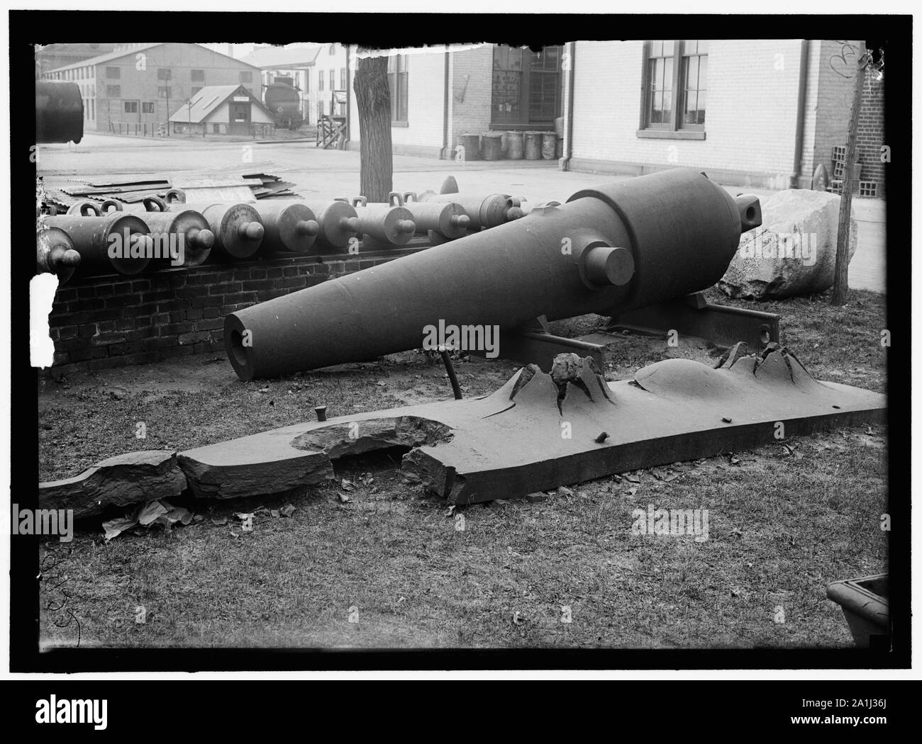 NAVY YARD, U.S., WASHINGTON. MORLARS, CANNON, TARGETS ON LAWN Stock Photo
