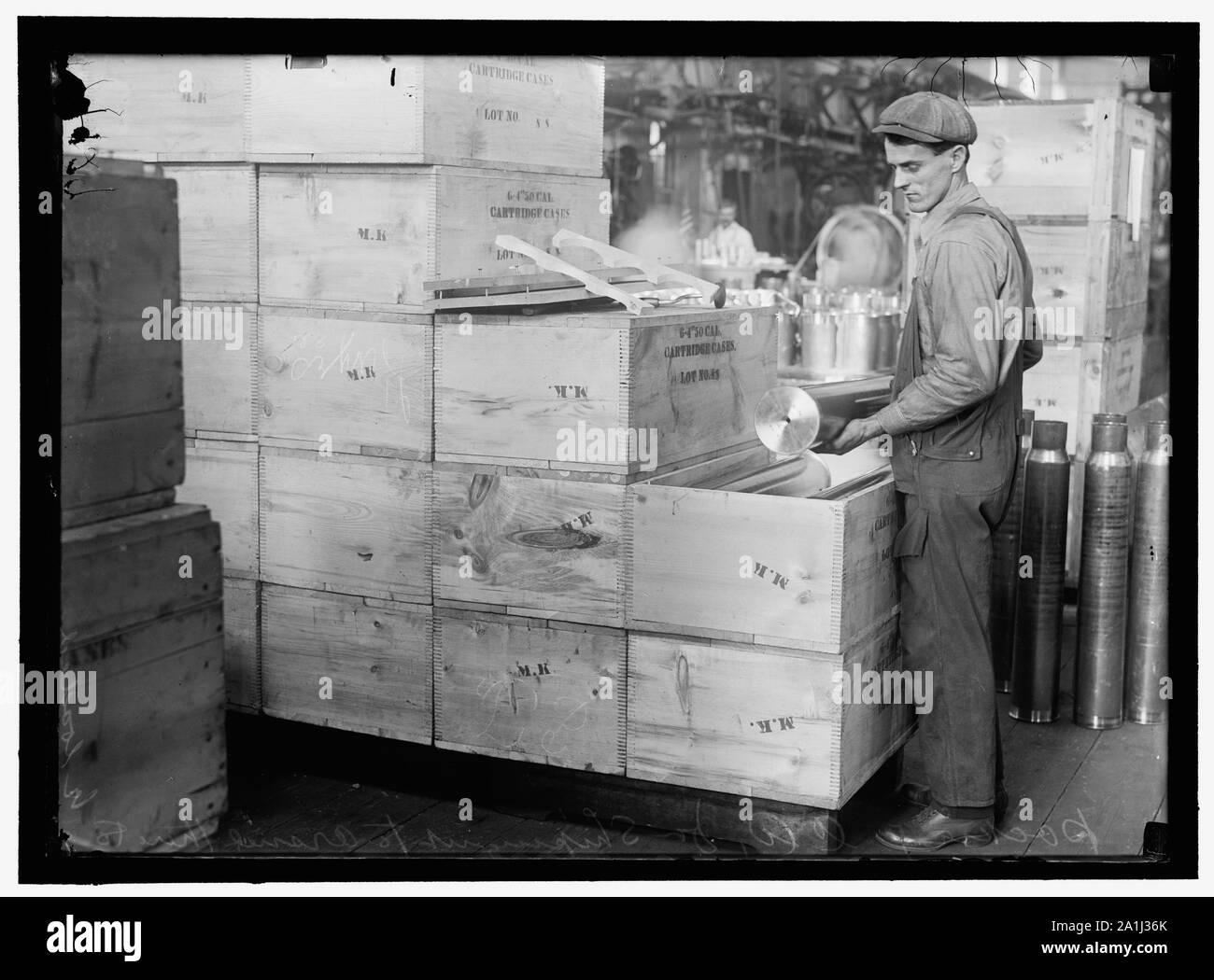 NAVY YARD, U.S., WASHINGTON. PACKING AND HANDLING CARTRIDGE CASES Stock Photo