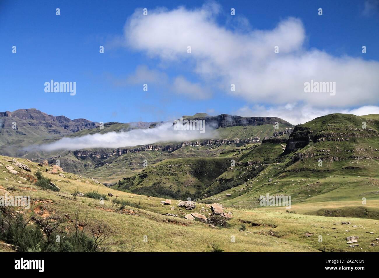 Grünes Gebirge in den Wolken Stock Photo