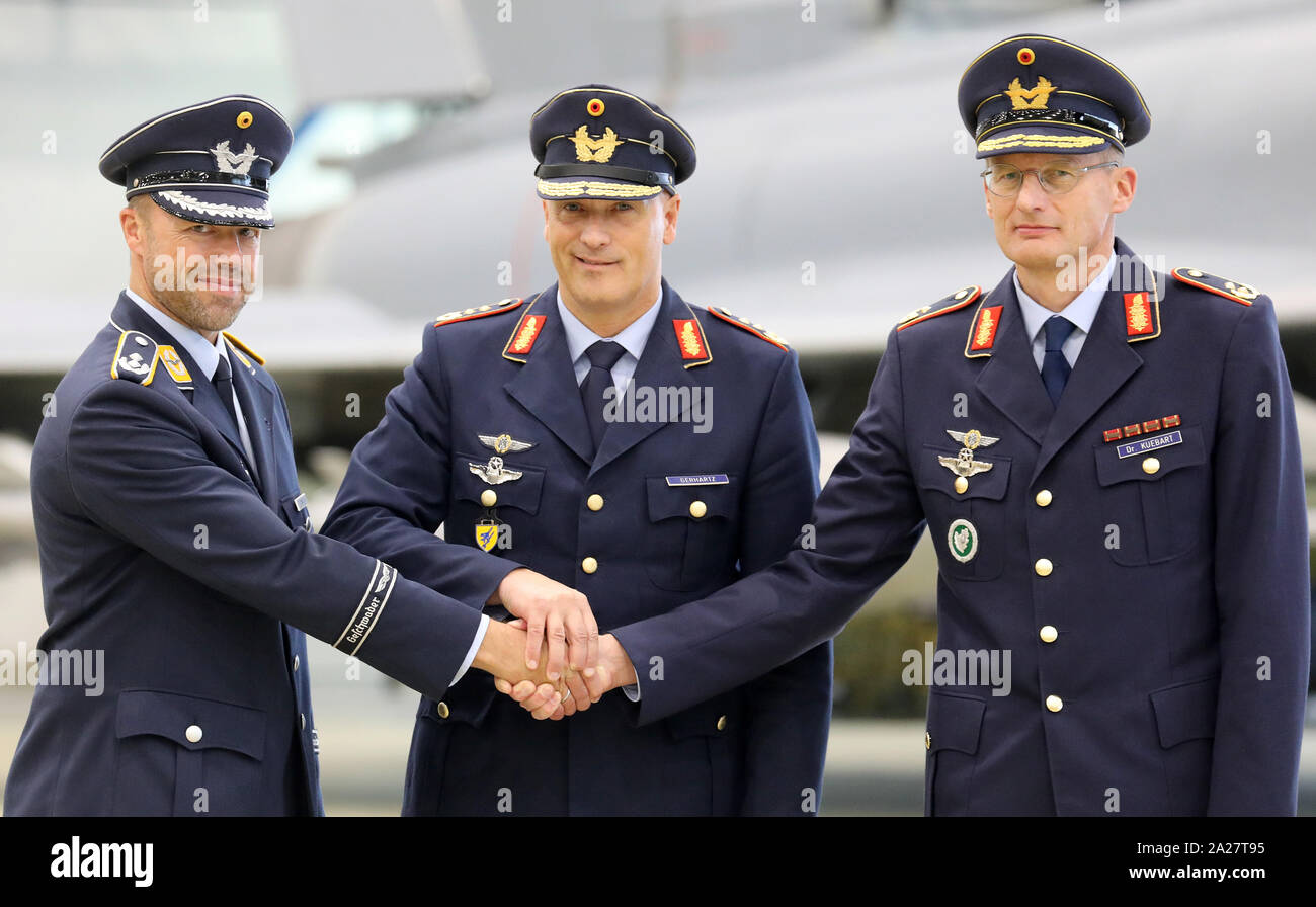 Bande de bras LW...  Laage-germany-01st-oct-2019-during-an-appeal-at-laage-air-base-for-the-commissioning-of-the-air-force-school-of-arms-lieutenant-colonel-dirk-pingel-l-r-commander-of-the-school-of-arms-lieutenant-general-ingo-gerhartz-inspector-of-the-air-force-and-major-general-jan-kuebart-commander-of-the-flying-associations-shake-hands-all-eurofighter-pilots-are-already-being-trained-at-the-air-force-wing-73-steinhoff-with-the-weapons-school-there-is-now-also-a-training-of-pilots-radar-guidance-and-intelligence-service-specialists-at-the-air-base-credit-bernd-wstnecdpaalamy-live-news-2A27T95
