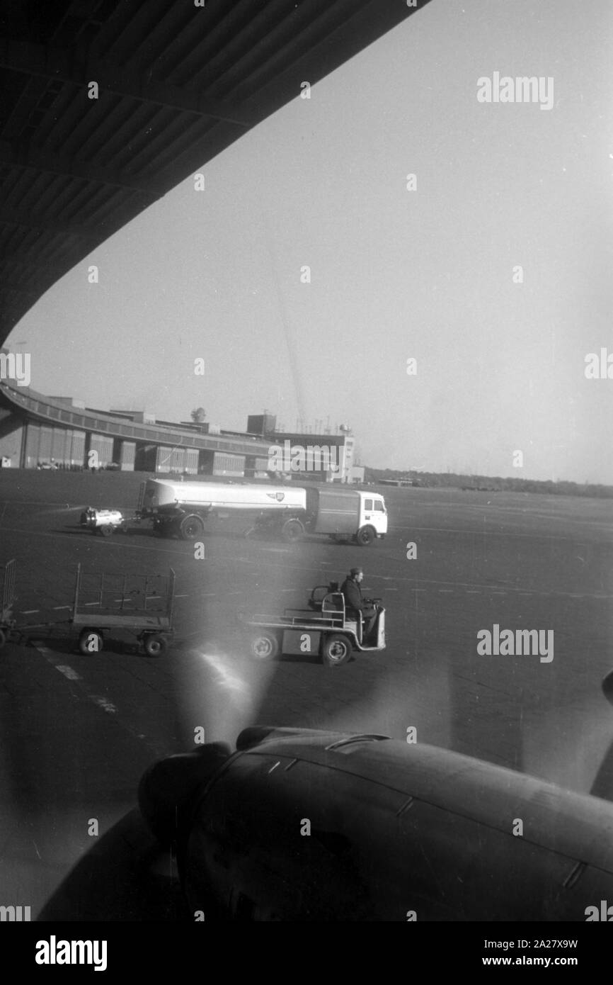 Propellertriebwerk an einem Flugzeugflügel auf dem Flughafen Tempelhof in Berlin, Deutschland 1962. Propeller drive on the wing of an airplane on Tempelhof airport in Berlin, Germany 1962. Stock Photo