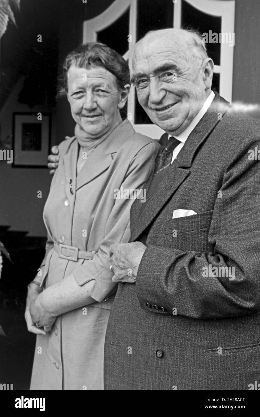 Älteres Ehepaar wohnt in dem Haus, in dem der Arzt und Heimatforscher Carl Haeberlin auf der Insel Föhr wohnte, Deutschland 1960er Jahre. Elder couple living in the house of Dr Carl Haeberlin on Foehr island, Germany 1960s. Stock Photo