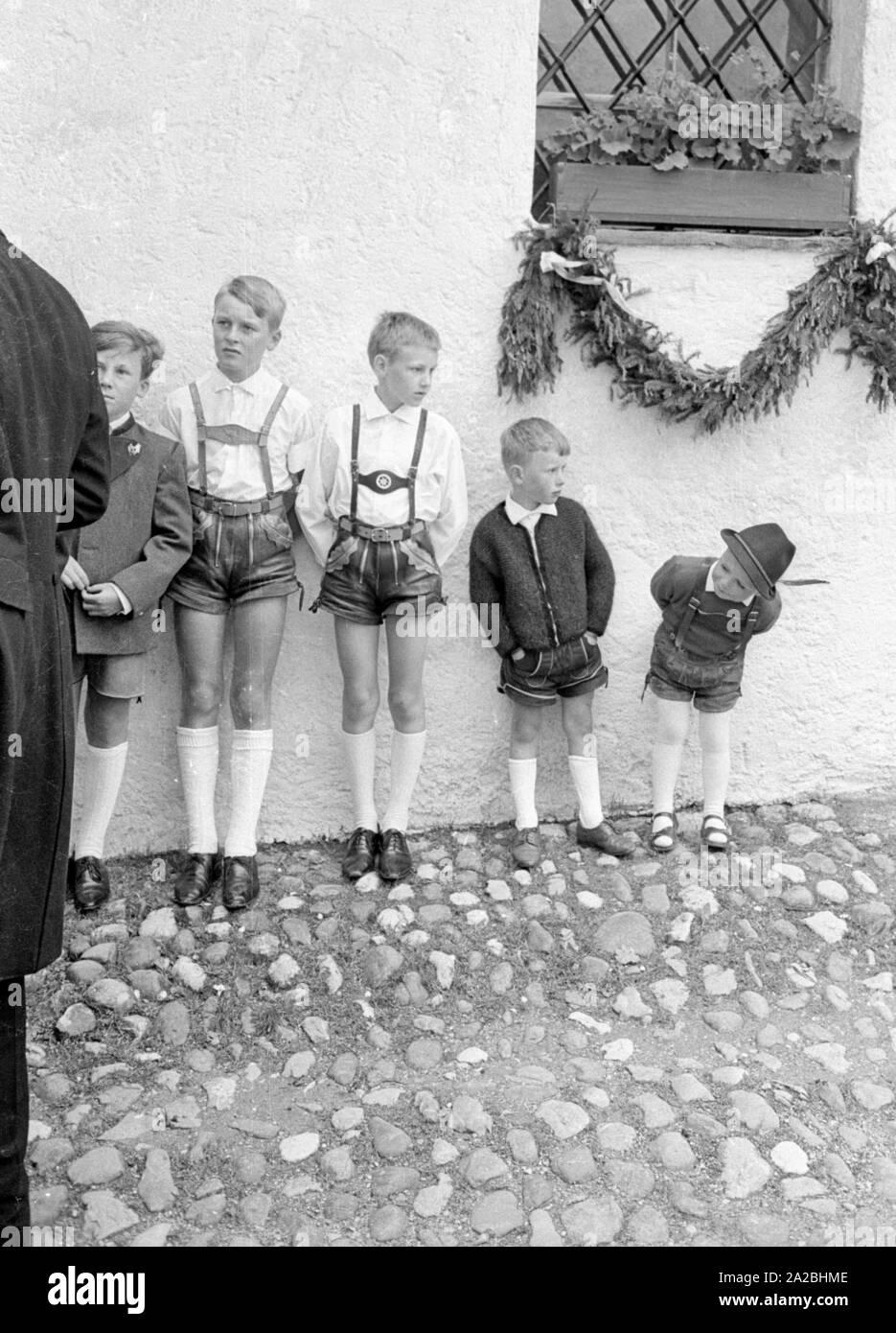Boys in Lederhosen, at the wedding of Johann-Dieter Freiherr von Malsen-Ponickau with Maria Wieninger. Stock Photo