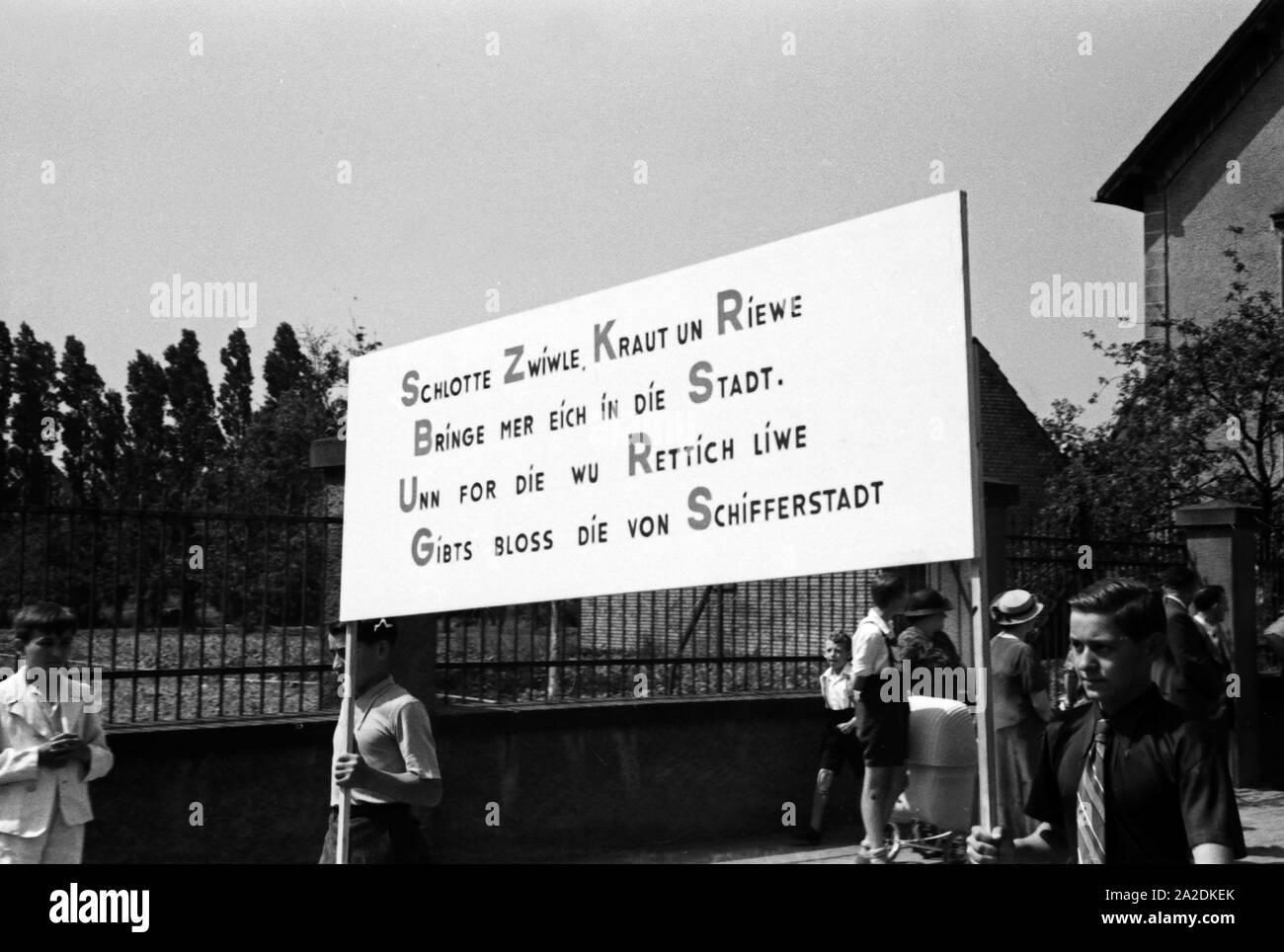Sinnspruch zur Werbung für den Rettich beim Festumzug beim Rettichfest in Schifferstadt, Deutschland 1930er Jahre. Advertising slogan for radish at the pageant at the annual radish fair at Schifferstadt, Germany 1930s. Stock Photo