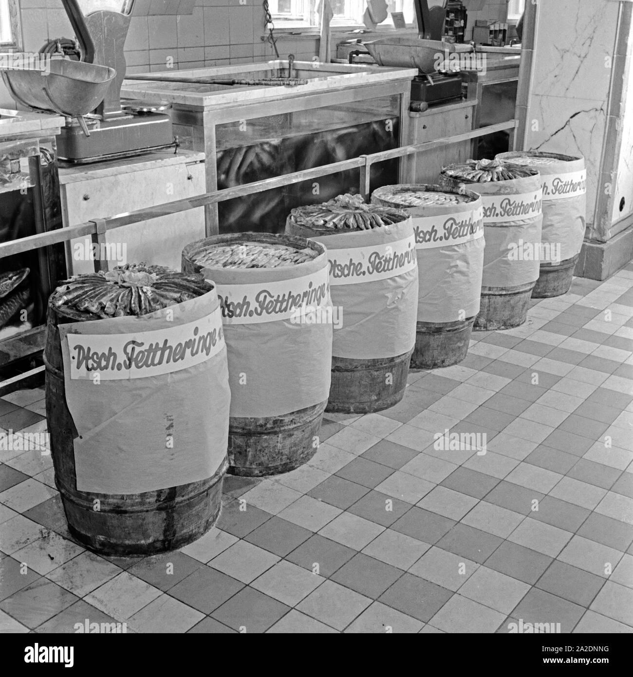 Die Fischabteilung in einem großen Lebensmittelgeschäft bietet deutsche Fettheringe an, Deutschland 1930er Jahre. The fish department at a grocery offering German fat herrings, Germany 1930s. Stock Photo