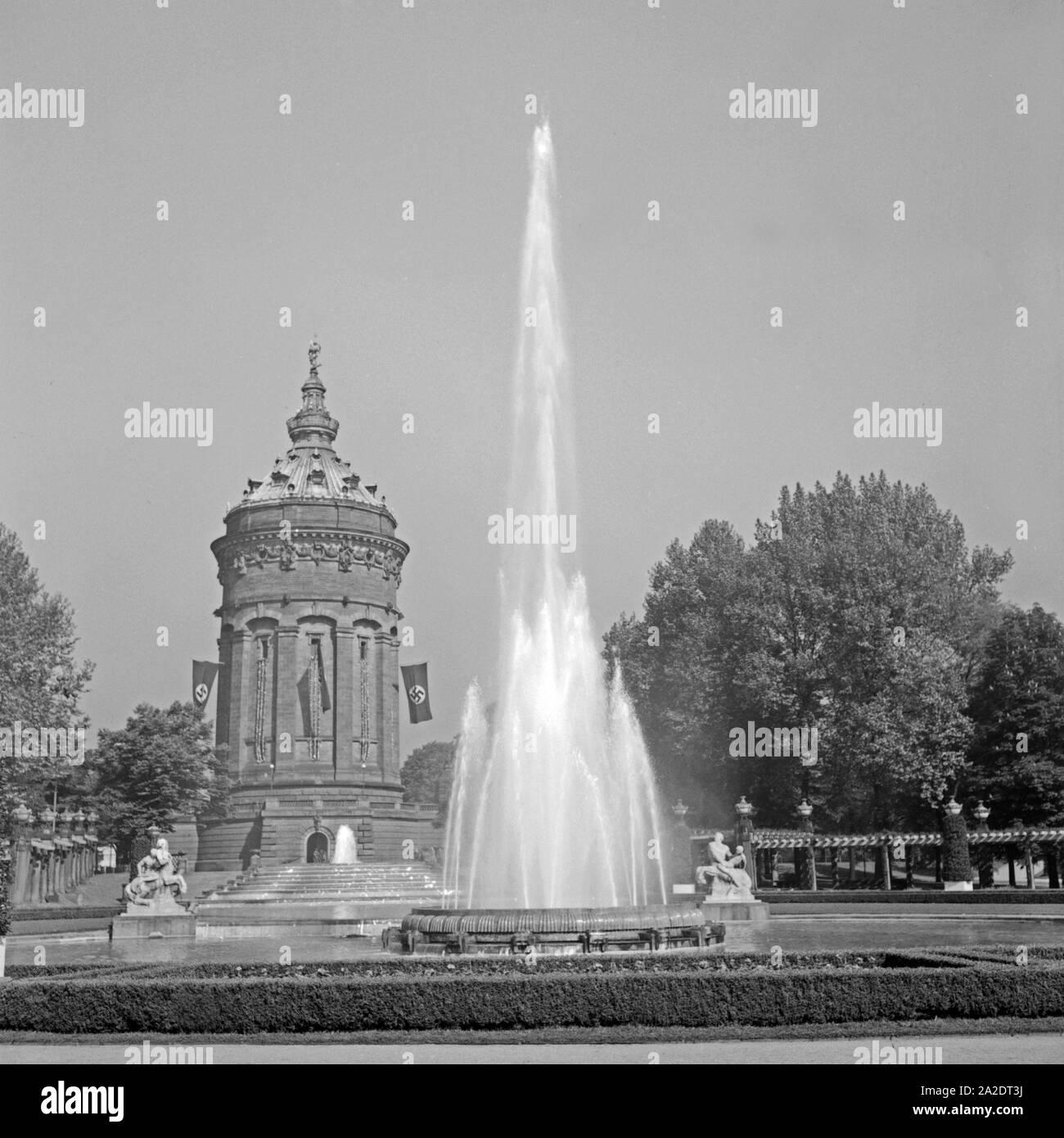 Der Wasserturm mit Springbrunnen in Mannheim, Deutschland 1930er Jahre. The Mannheim water tower with fountain, Germany 1930s. Stock Photo