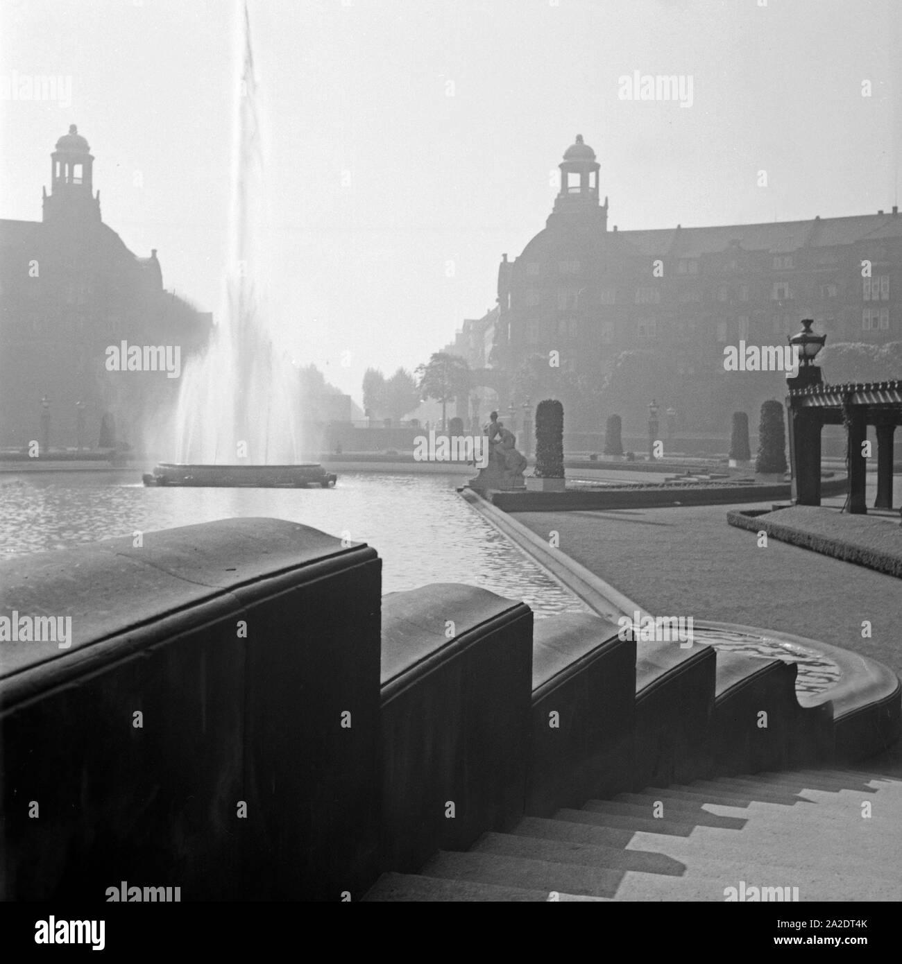 Brunnen am Wasserturm auf dem Friedrichsplatz in Mannheim, Deutschland, 1930er Jahre. Fountain near the Mannheim water tower at Friedrichsplatz square, Germany 1930s. Stock Photo
