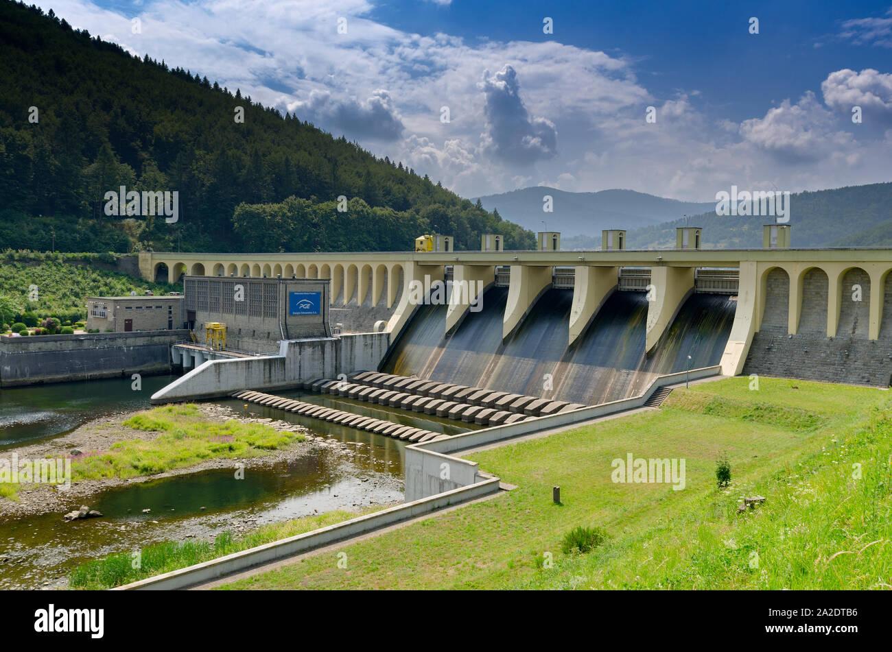 Miedzybrodzie Bialskie, Silesian province, Poland. Porabka dam and hydroelectric power station on Sola river. Beskid Maly mountains. Stock Photo