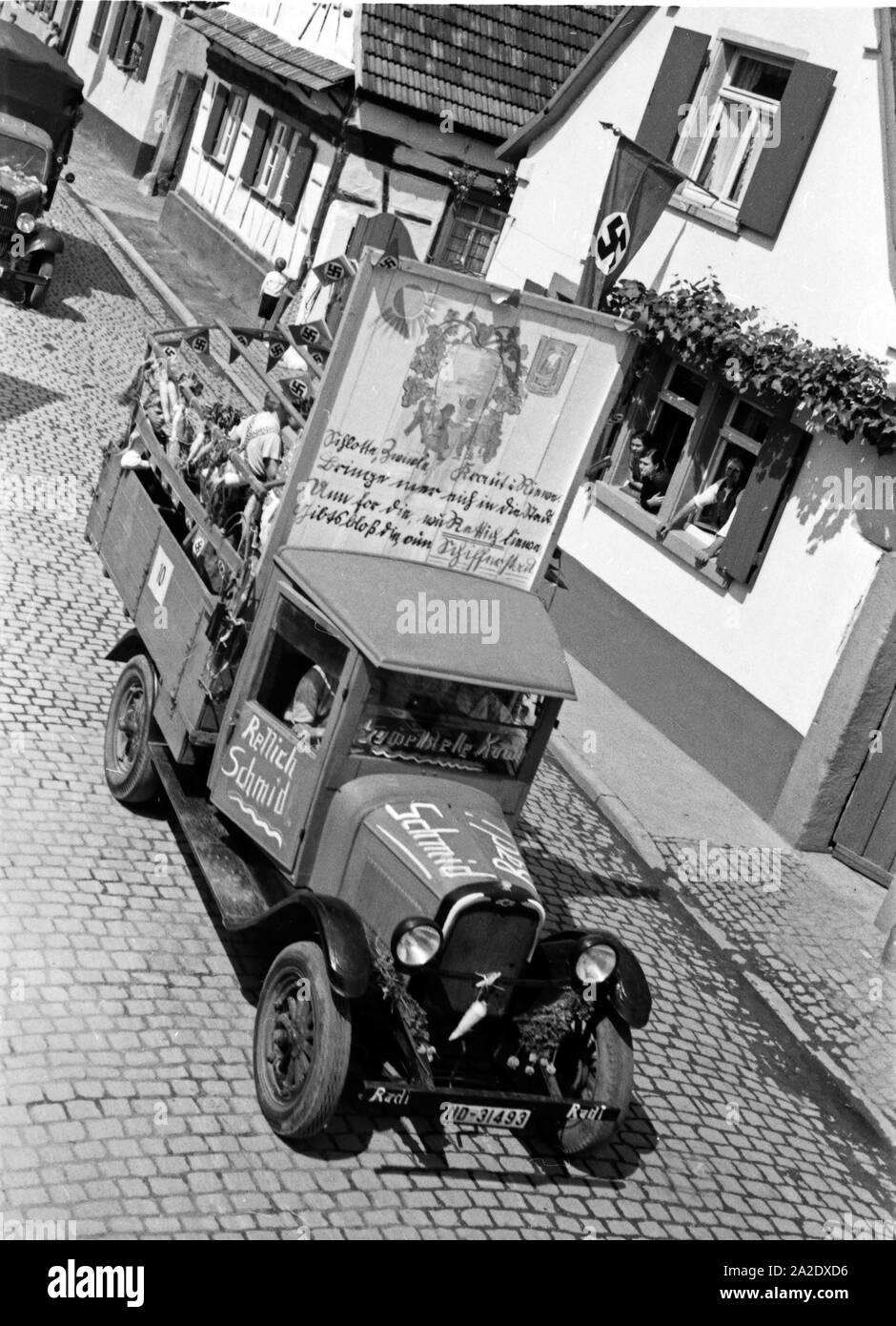 Einzelne Rettichlieferanten, wie hier Rettich Schmid, beim Festzug zum Rettichfest in Schifferstadt, Deutschland, 1930er Jahre. Local radish producers at the pageant of the annual radish fair at Schifferstadt, Germany 1930s. Stock Photo