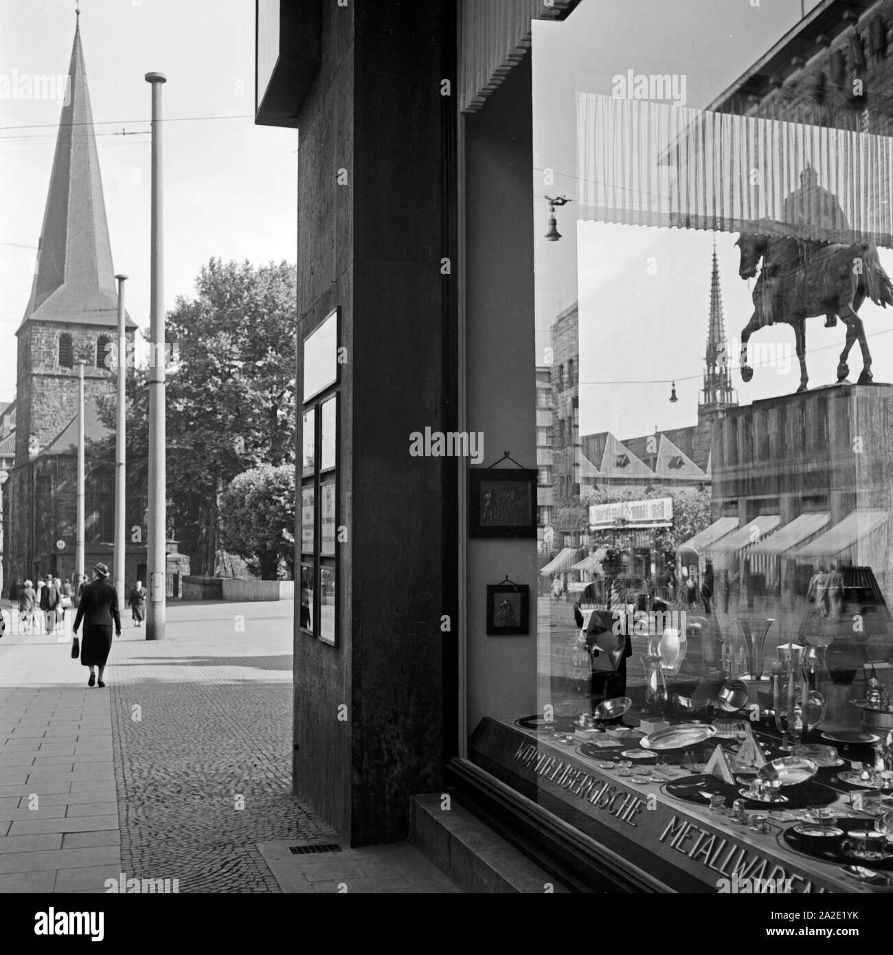 Das Denkmal von Kaiser Wilhelm I. spiegelt sich im Schaufenster eines Haushaltwarengeschäfts auf dem Burgplatz in Essen, Deutschland 1930er Jahre. Sculpture of Kaiser Wilhelm I is reflected in the window of a department store at Burgplatz square in Essen, Germany 1930s. Stock Photo