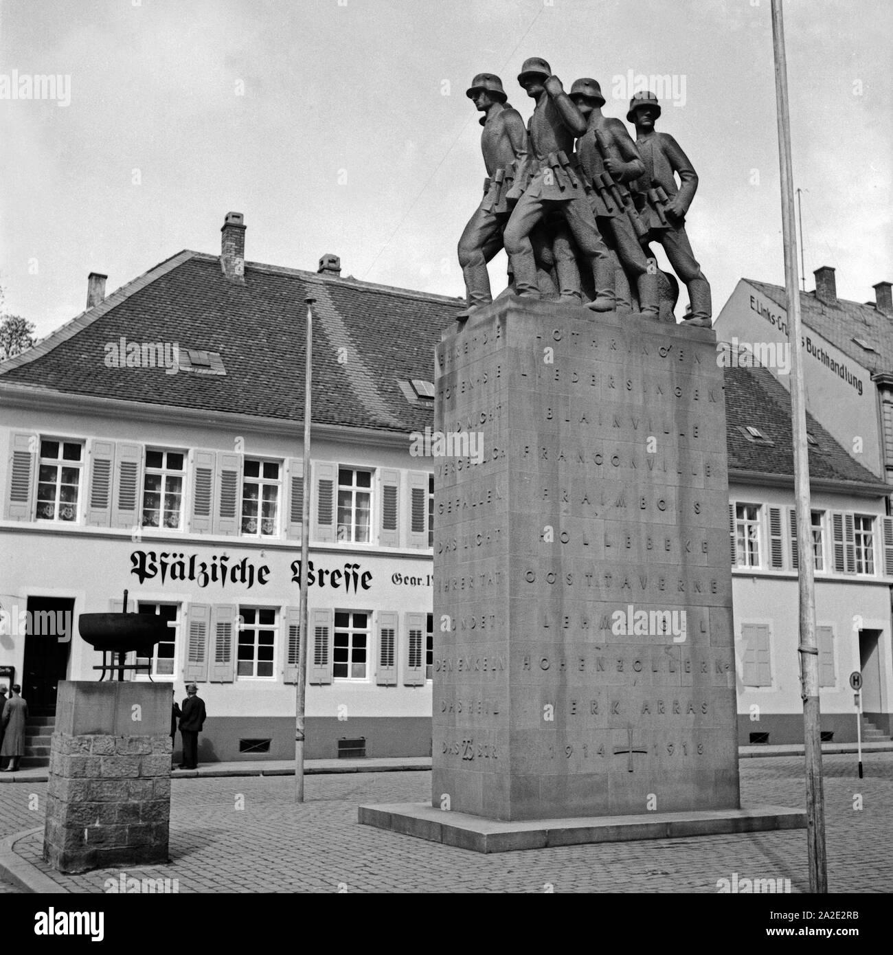 Das Kriegerdenkmal für die Gefallenen des 1. Weltkrieges im Stadtzentrum von Kaiserslautern, Deutschland 1930er Jahre. WWI memorial at the city centre of Kaiserslautern, Germany 1930s. Stock Photo