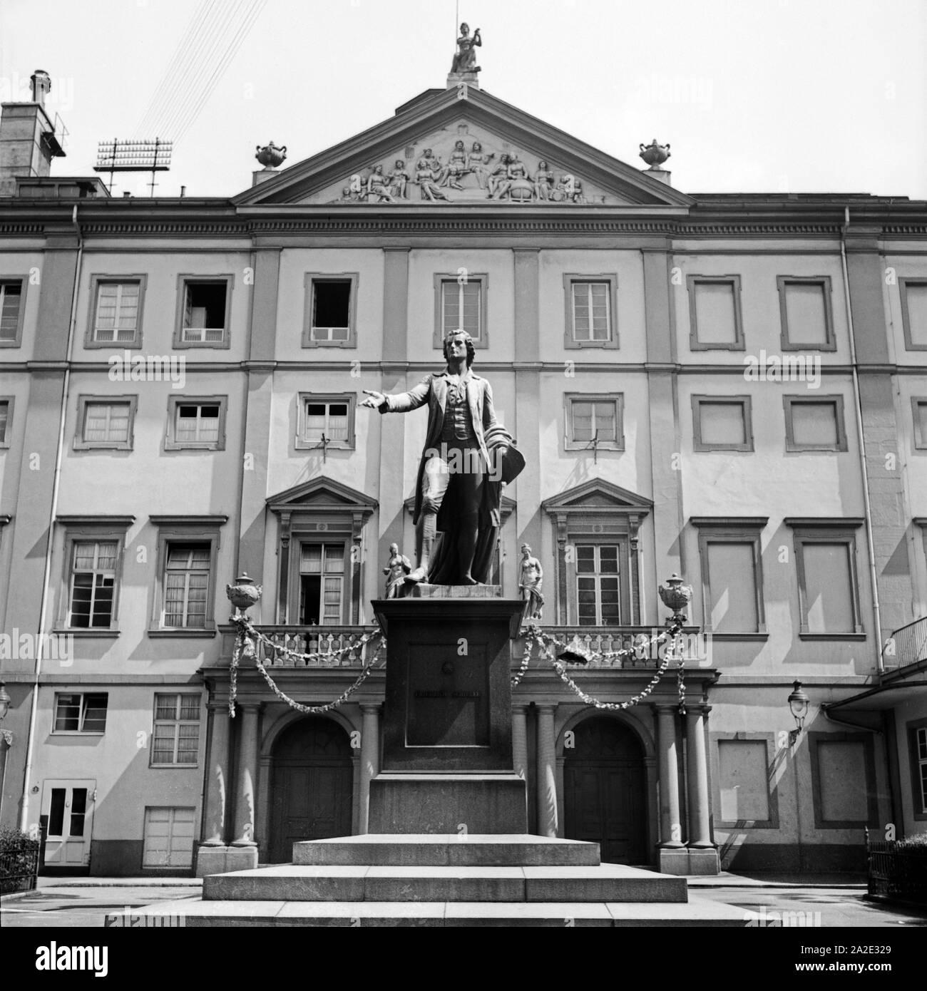 Schillerdenkmal vor dem Theater in Mannheim, Deutschland 1930er Jahre. Schiller monument in front of the Mannheim theatre, Germany 1930s. Stock Photo