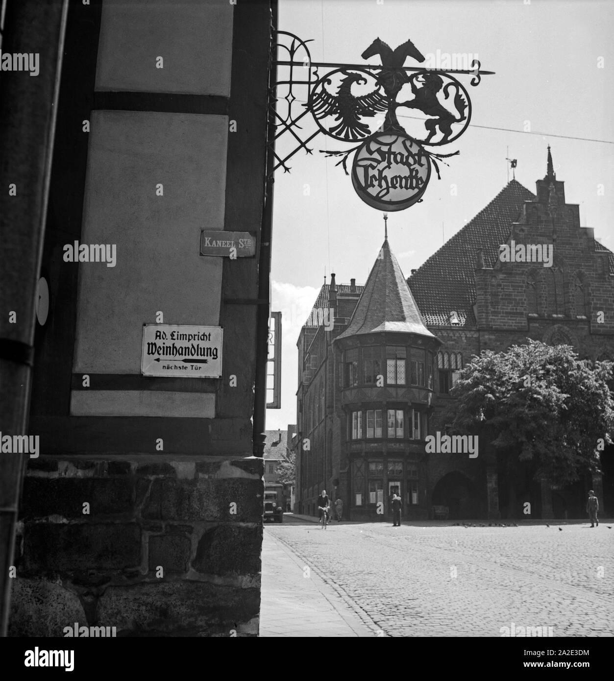 Eingang zur Weinhandlung Limpricht, die Stadtschenke und das Rathaus in der Altstadt von Hildesheim, Deutschland 1930er Jahre. Entrance to Limpricht's wine store, the Stadtschenke restaurant and the city hall of Hildesheim, Germany 1930s. Stock Photo
