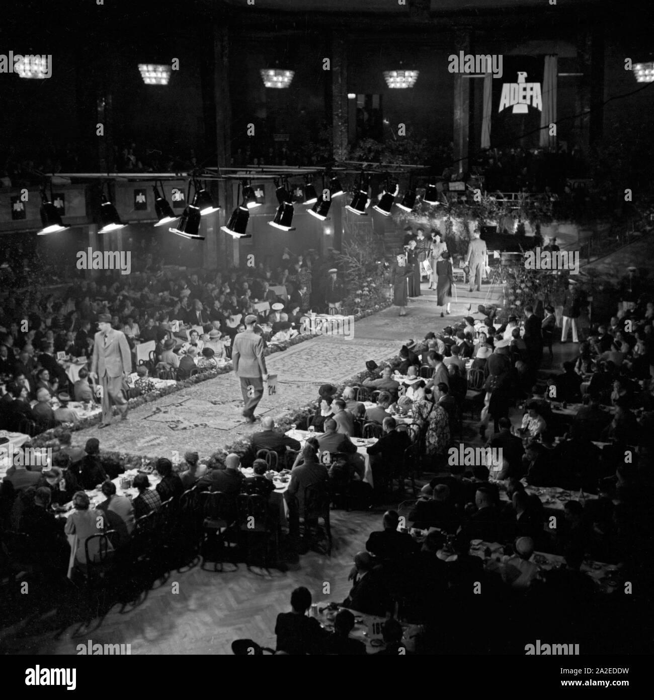Auch Herrenmode wird auf der ADEFA Modenschau den Einkäufern präsentiert, Deutschland 1930er Jahre. Also men's fashion is presented to the purchasing agents at the ADEFA fashion show, Germany 1930s. Stock Photo