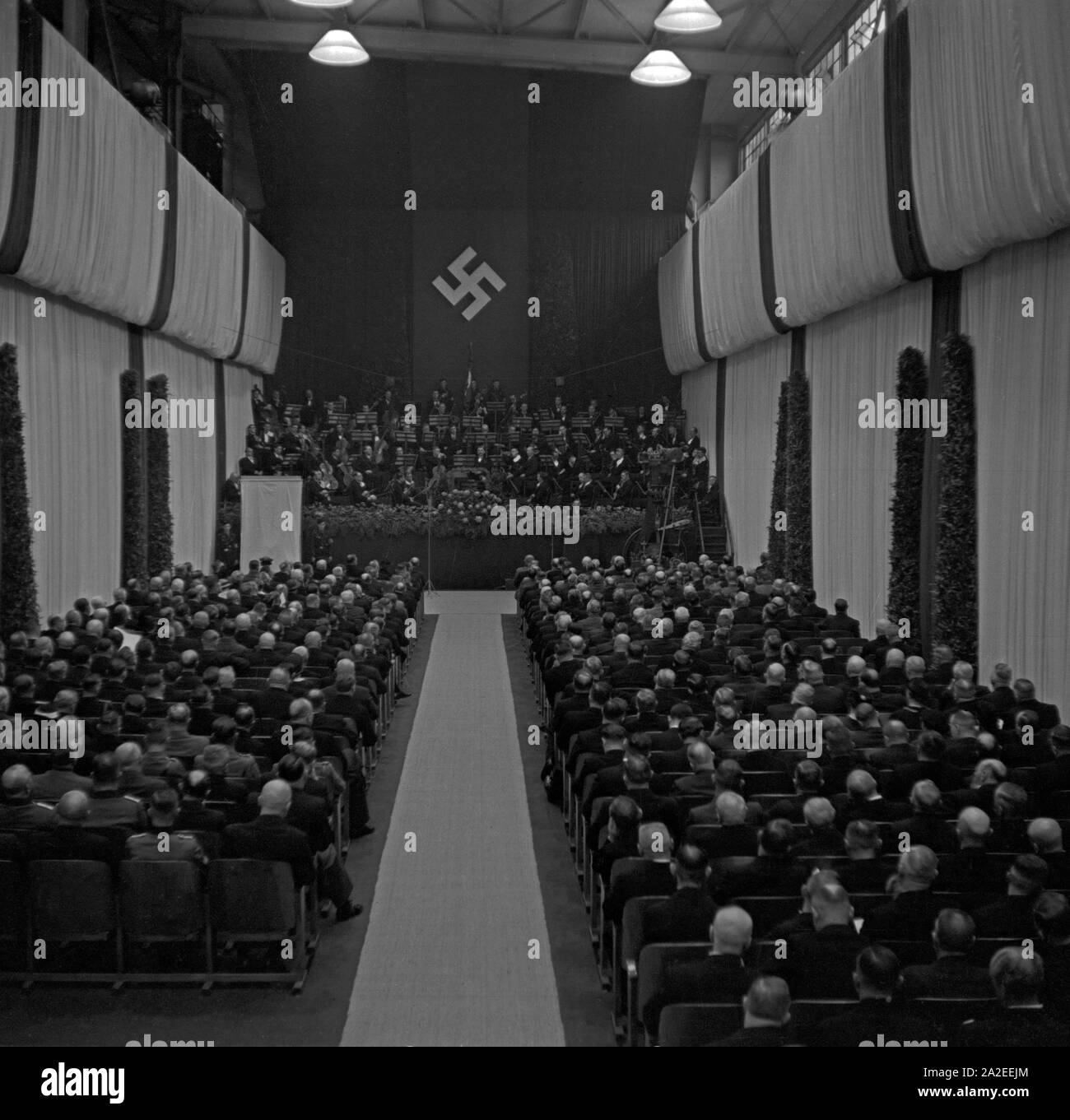 Das Publikum hört eine Rede anläßlich der Dieselfeier im MAN Werk Augsburg, Deutschland 1930er Jahre. An audience listening to a speech at a Diesel anniversary at the MAN factory Augsburg, Germany 1930s. Stock Photo