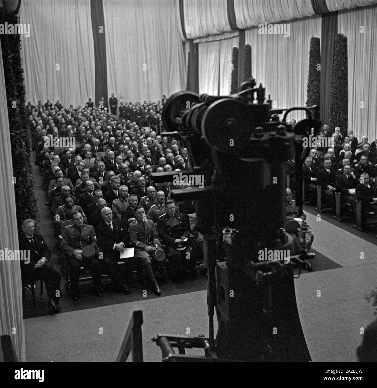 Das Publikum hört eine Rede anläßlich der Dieselfeier im MAN Werk Augsburg, Deutschland 1930er Jahre. An audience listening to a speech at a Diesel anniversary at the MAN factory Augsburg, Germany 1930s. Stock Photo