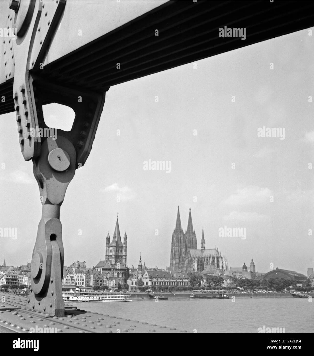 Blick auf die Altstadt von Köln, durch die Aufhänger der Hindenburgbrücke gesehen, 1930er Jahre Stock Photo