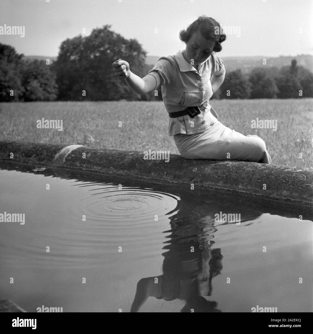 Frau am Springrbunnen vor der Maurischen Festhalle bei der Wilhelma in Stuttgart, Deutschland 1930er Jahre. Woman at a fountain near the Moorish hall at the Wilhelma gardens at Stuttgart, Germany 1930s. Stock Photo