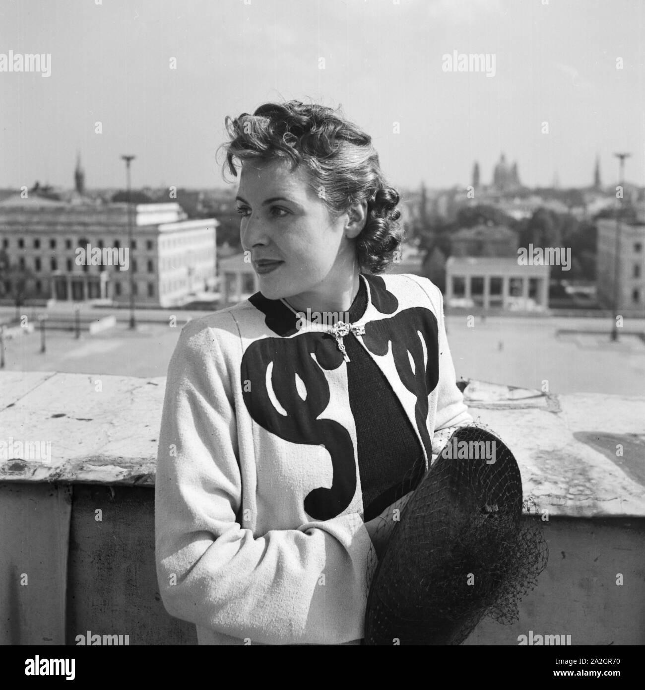 Eine Frau steht an einer Brüstung in München, Deutschland 1930er Jahre. A woman leaning on a balustrade at Munich, Germany 1930s. Stock Photo