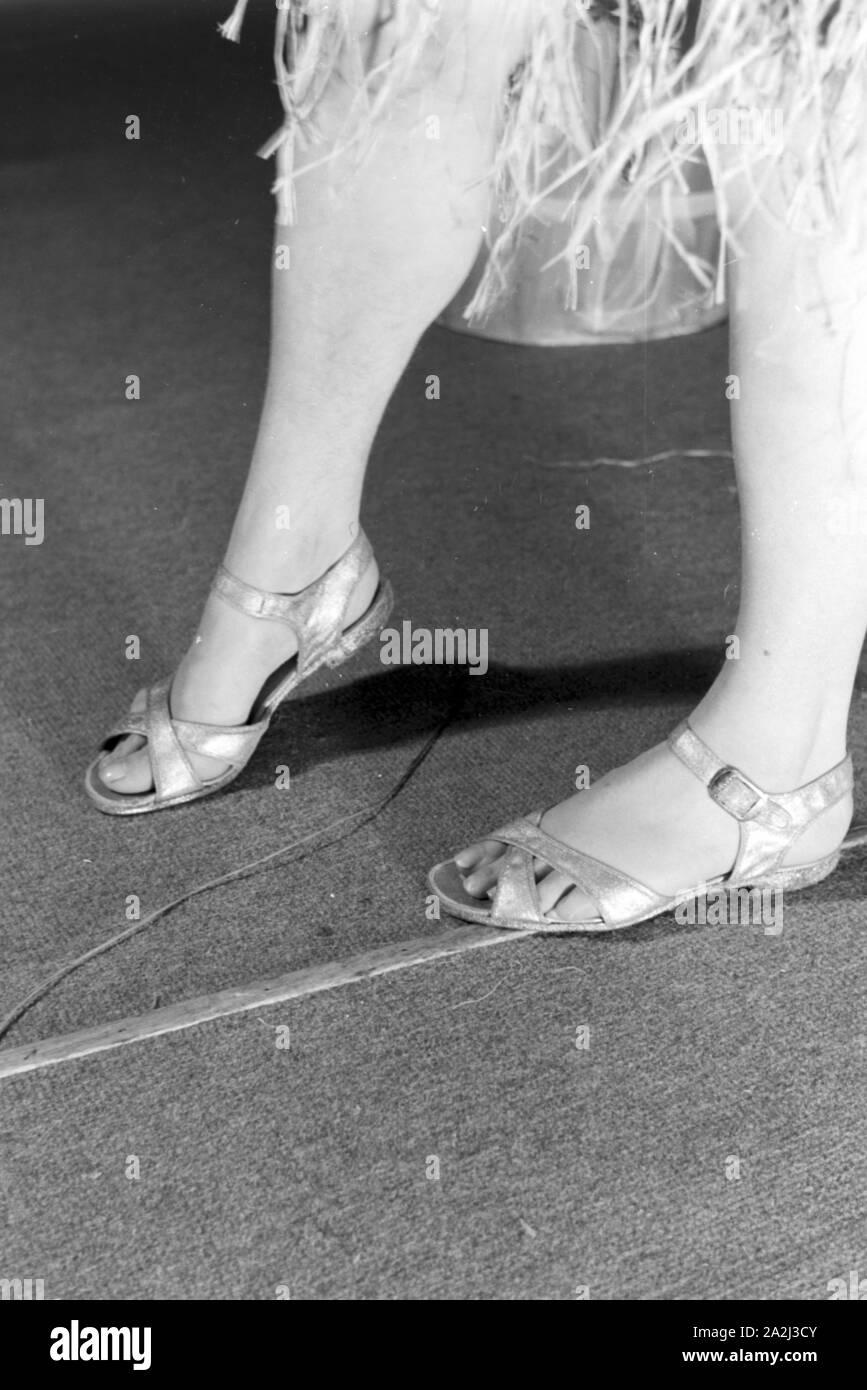 Beine einer Darstellerin in einer Sendung des frühen Fernsehens in Deutschland, 1930er Jahre. Female performer's legs in one of the early television broadcasts in Germany, 1930s. Stock Photo