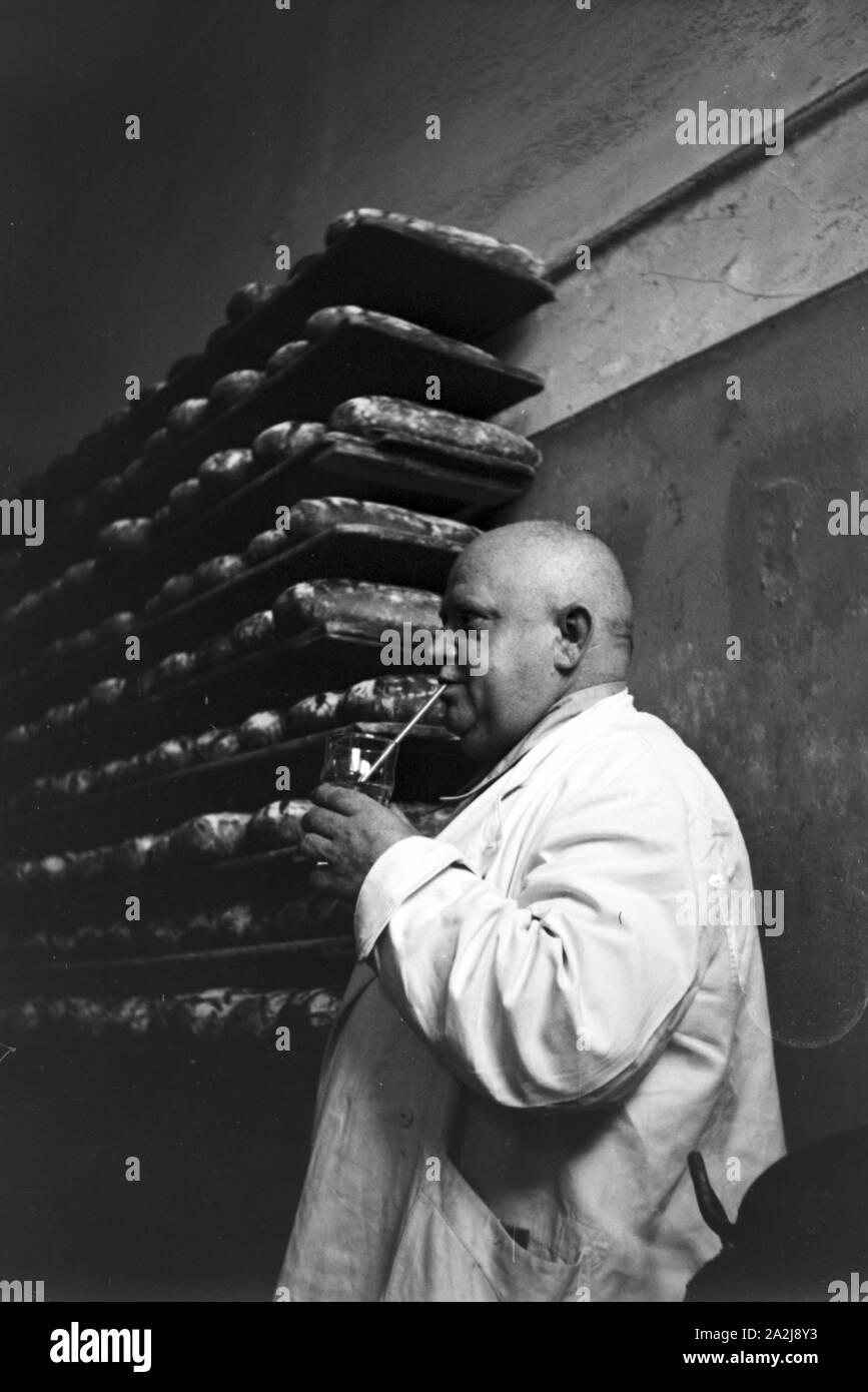 Eine wissenschaftliche Studie bzgl. der Trinkkur, Deutsches Reich 1930er Jahre. A scientific survey regarding the drinking cure, Germany 1930s. Stock Photo