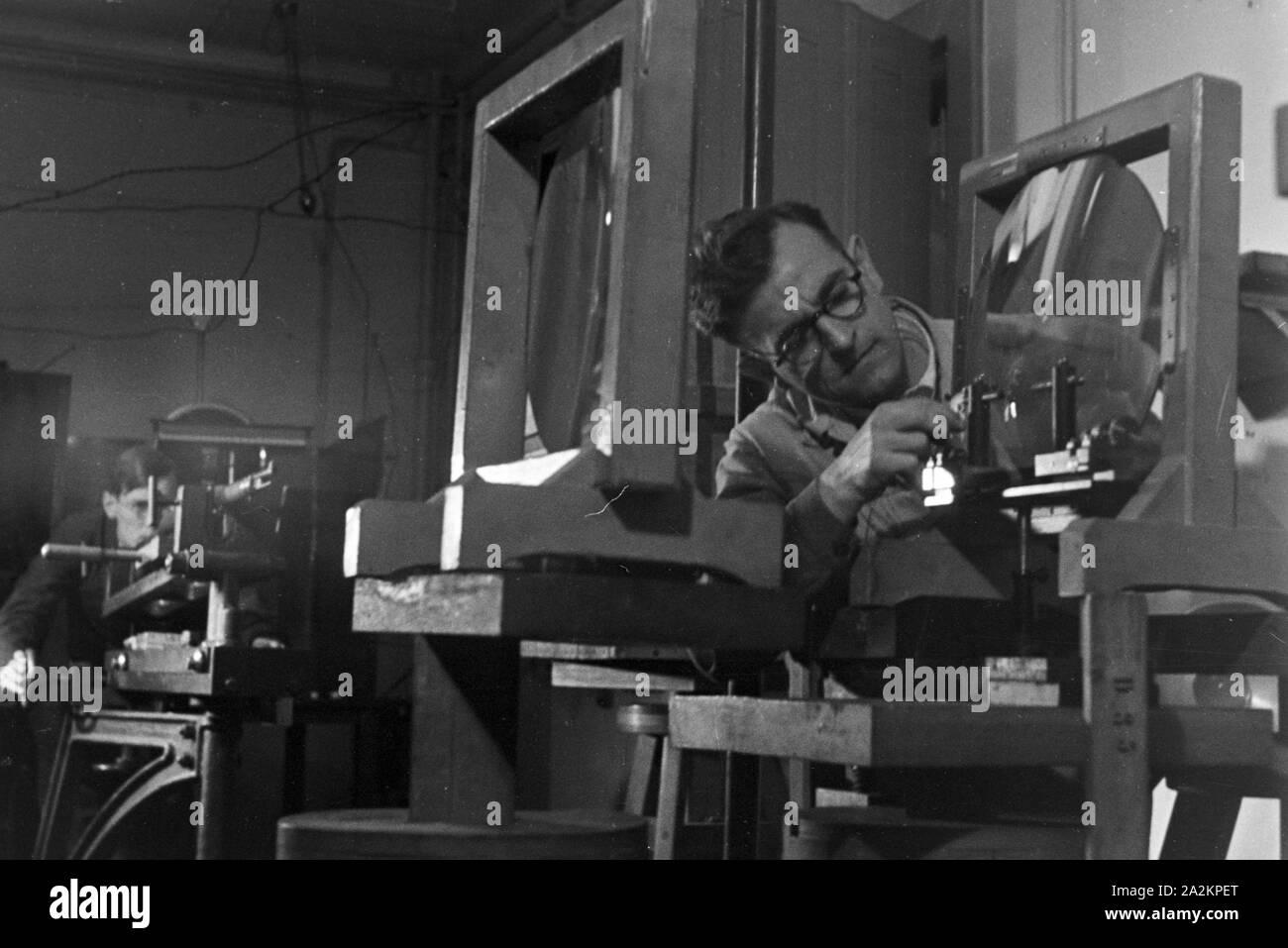 """Forschungen zum Thema """"Handwerker als Helfer der Wissenschaft"""" in der Biologischen Reichsanstalt für Land- und Forstwirtschaft in Berlin Dahlem, Deutschland 1930er Jahre. Researchs to the subject """"Craftsmen as helpers of science"""" at Biologische Reichsanstalt fuer Land- und Forstwirtschaft institute at Berlin Dahlem, Germany 1930s. Stock Photo"""