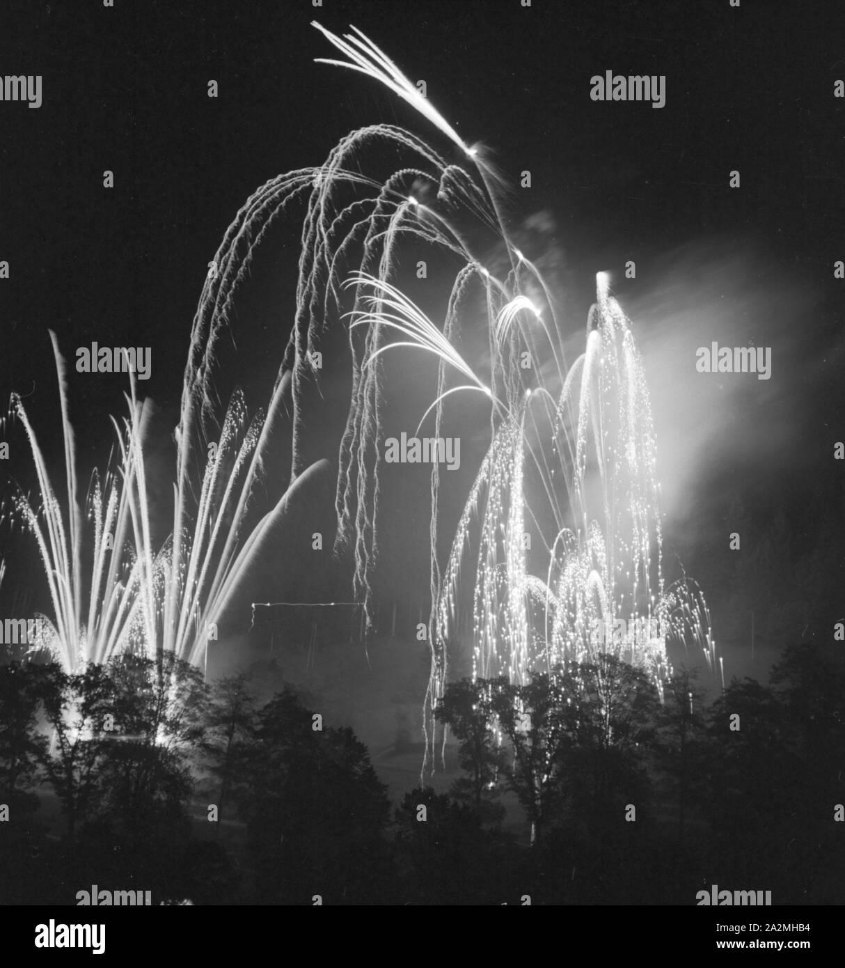 Feuerwerk, Deutschland 1930er Jahre. Fireworks display, Germany 1930s. Stock Photo