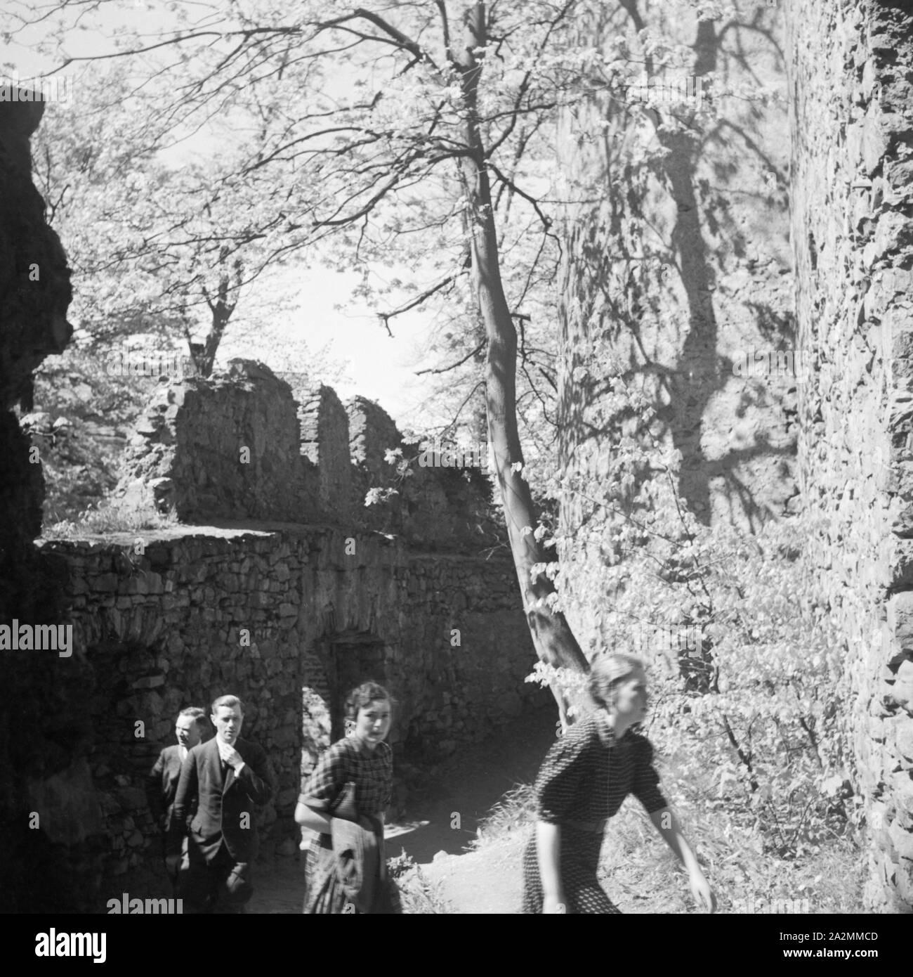 Besichtigungstour auf Schloss Auerbach im Odenwald, Deutschland 1930er Jahre. Sightseeing tour at Auerbach castle in the Odenwald region, Germany 1930s. Stock Photo