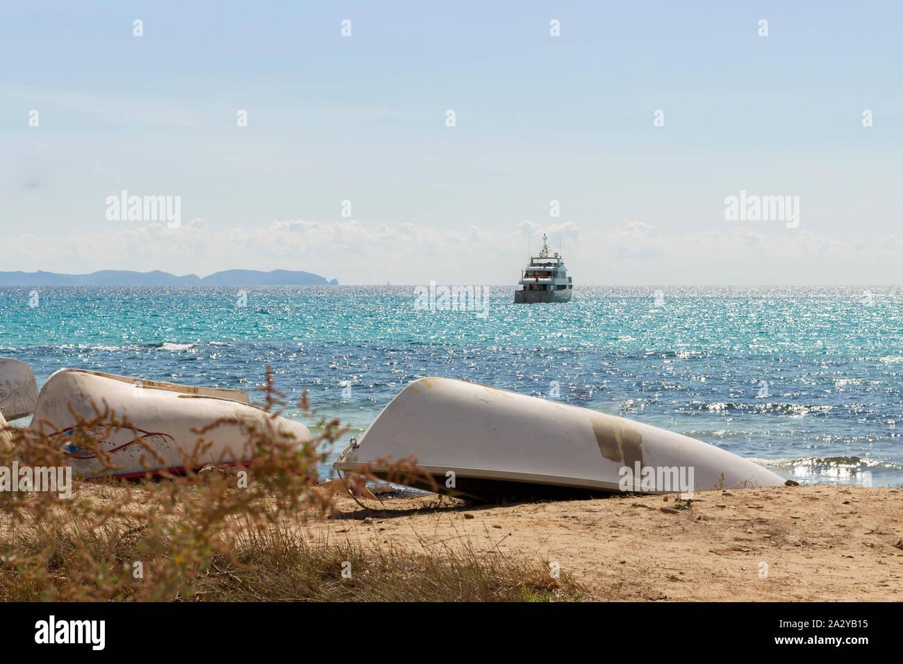 Postkartenmotiv, Mallorca, Yacht, blaues Meer, Urlaub auf Mallorca, Cala Ratjada, Yacht auf Meer, Sandstrand, Ruderboot am Strand, Fischerboote, Fisch Stock Photo