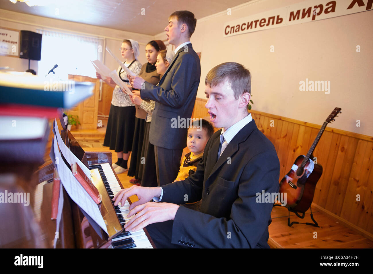 Russia Yakutsk kerkdienst Alexander and Elisabeta  Young people in the not registrated Baptish Church 2-02-2013 photo: Jaco Klamer Stock Photo