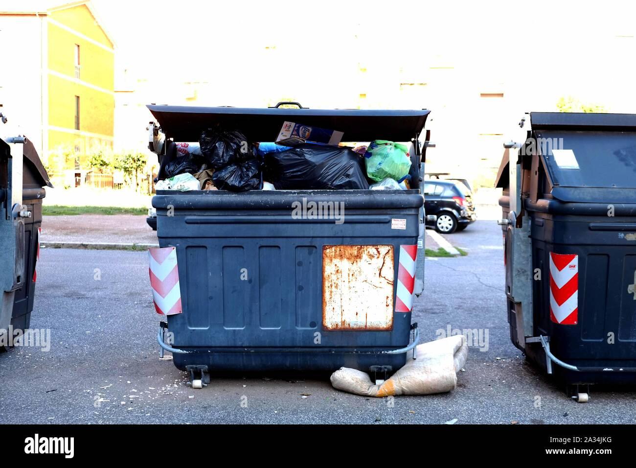 rifiuti nel quartiere di torre spaccata - Roma Stock Photo