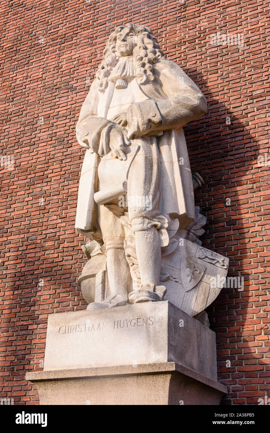 Statue of the Dutch scientist, physicist, astronomer and mathematician, Christiaan Huygens (artist  Albert Termote, 1949), Schiekade, Rotterdam Stock Photo