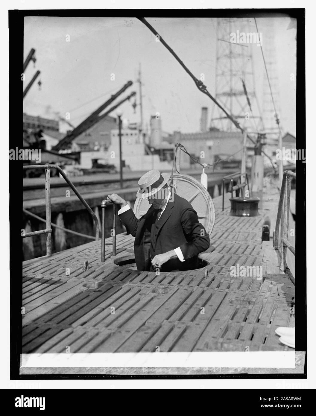 Sec. Wilbur inspecting S-45 at Wash. Navy Yard, [6/12/25] Stock Photo