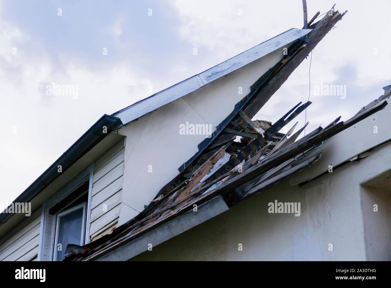 Altes Haus vom Sturm zerstört wird abgerissen Stock Photo