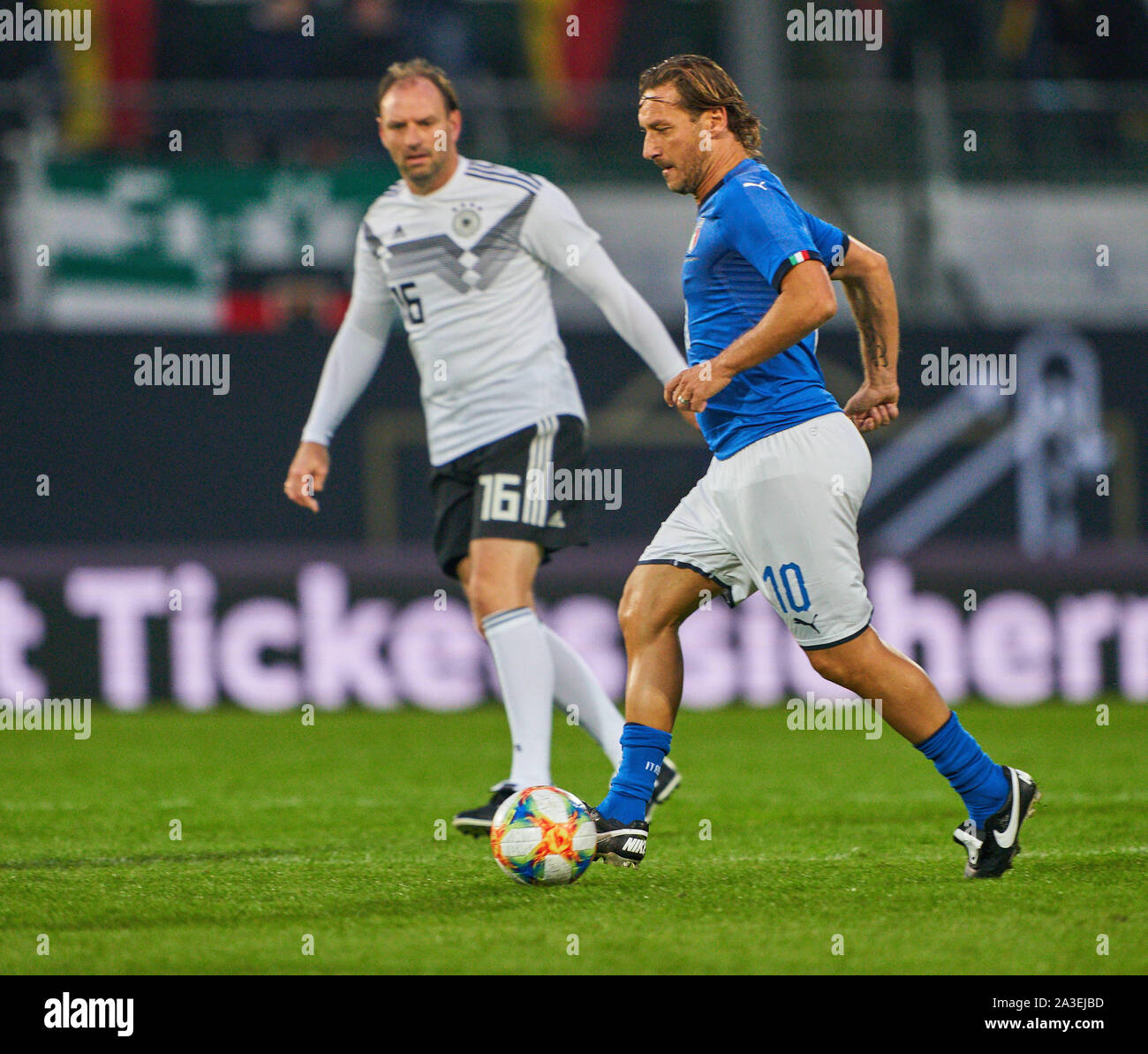 Furth, Germany. 7th Oct, 2019. Francesco TOTTO  compete for the ball, tackling, duel, header, zweikampf, action, fight against Jens  NOWOTNY DFB ALL-STARS - ITALY ALL STARS  1.German Soccer League , Fürth, October 07, 2019  Season 2019/2020 © Peter Schatz / Alamy Live News Stock Photo