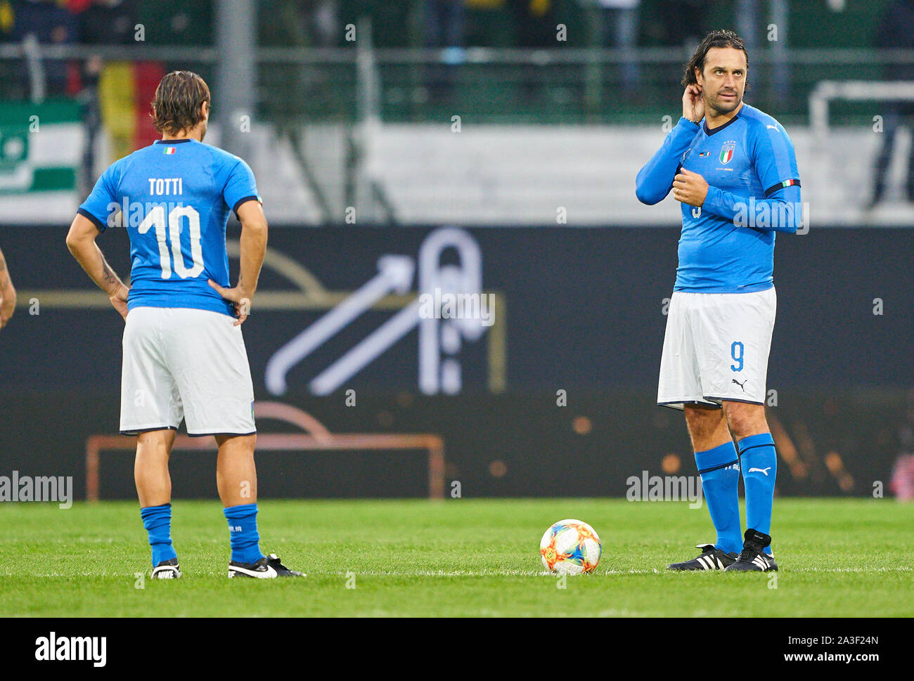 Fürth, Germany, October 07, 2019 Francesco TOTTI, ITA All Stars Nr. 10 Luca TONI, ITA All Stars Nr. 9 kick-off, begin, Anstoss,  GERMANY ALL-STARS - ITALY AZZURRI   ALL STARS 3-3, German Soccer League , Fürth, Germany,  October 07, 2019  Season 2019/2020 © Peter Schatz / Alamy Live News Stock Photo