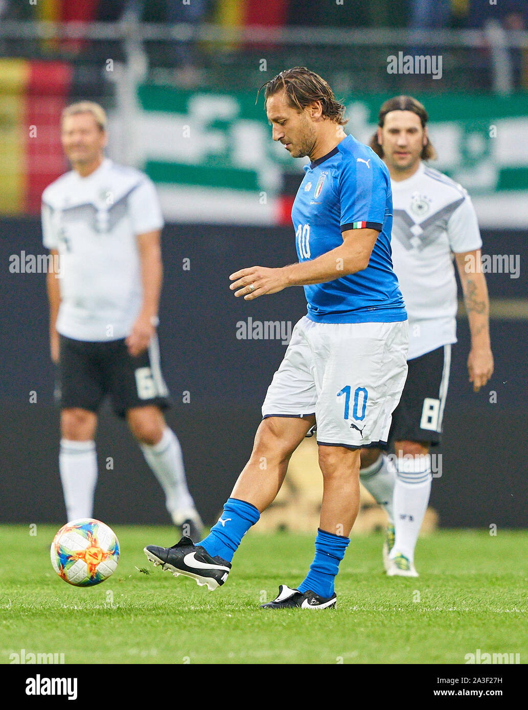 Fürth, Germany, October 07, 2019 Francesco TOTTI, ITA All Stars Nr. 10 drives, controls the ball, action, full-size, Single action, einzelaktion, with ball, full body, whole figure, cutout, single shots, ball treatment, pick-up, header, cut out, Ganzkoerperaufnahme, kick-off GERMANY ALL-STARS - ITALY AZZURRI   ALL STARS 3-3, German Soccer League , Fürth, Germany,  October 07, 2019  Season 2019/2020 © Peter Schatz / Alamy Live News Stock Photo