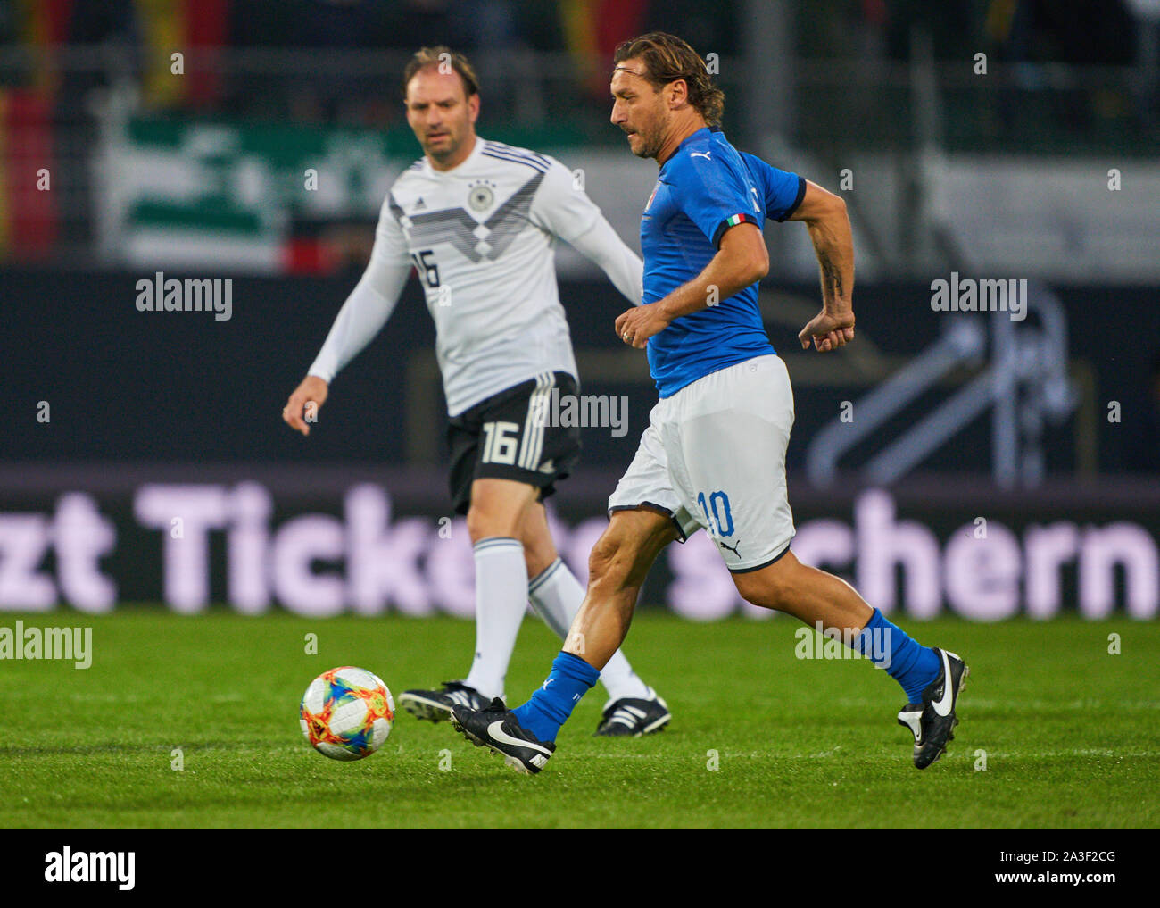 Fürth, Germany, October 07, 2019 Francesco TOTTI, ITA All Stars Nr. 10  compete for the ball, tackling, duel, header, zweikampf, action, fight against Jens NOWOTNY, DFB All Stars Nr. 16  GERMANY ALL-STARS - ITALY AZZURRI   ALL STARS 3-3, German Soccer League , Fürth, Germany,  October 07, 2019  Season 2019/2020 © Peter Schatz / Alamy Live News Stock Photo