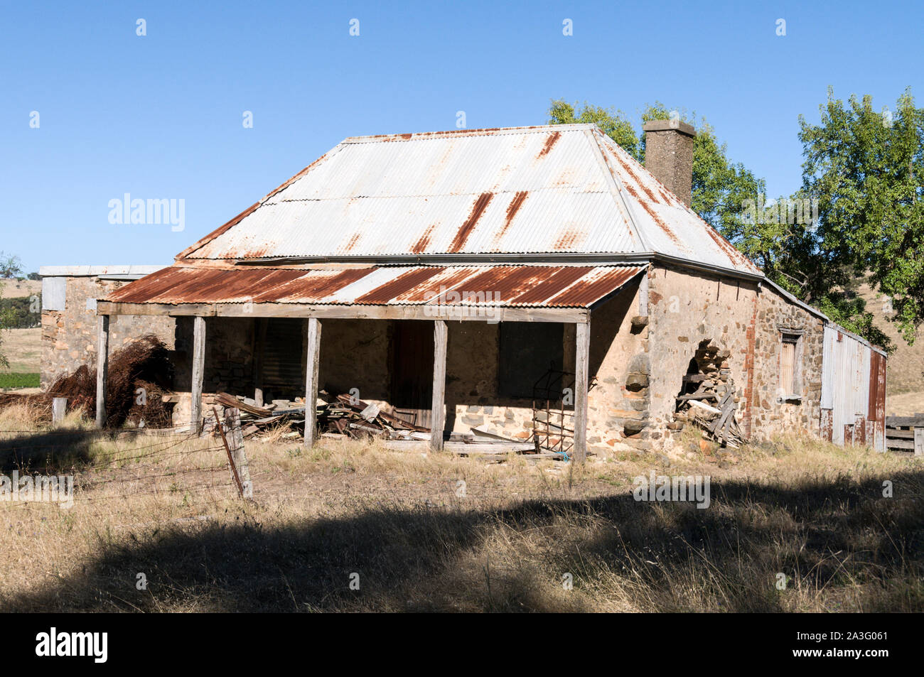 A derelict ruin of an old pioneer house on Mengler Hill in the Barossa Valley wine region in South Australia.   There are about 150 wineries in the Ba Stock Photo