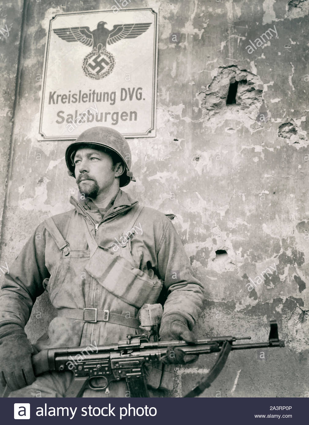 An American soldier from the 7th US Army is photographed with a captured German StG 44 assault rifle in the French city of Château-Salins (Salzburgen) Stock Photo