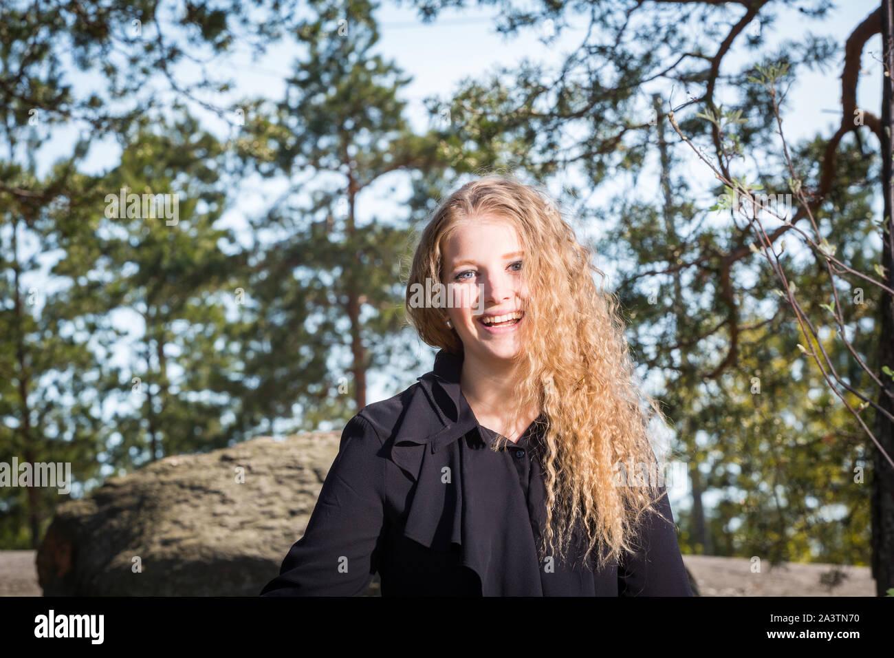 Kaunis pitkähiuksinen vaalea nainen metsässä Stock Photo