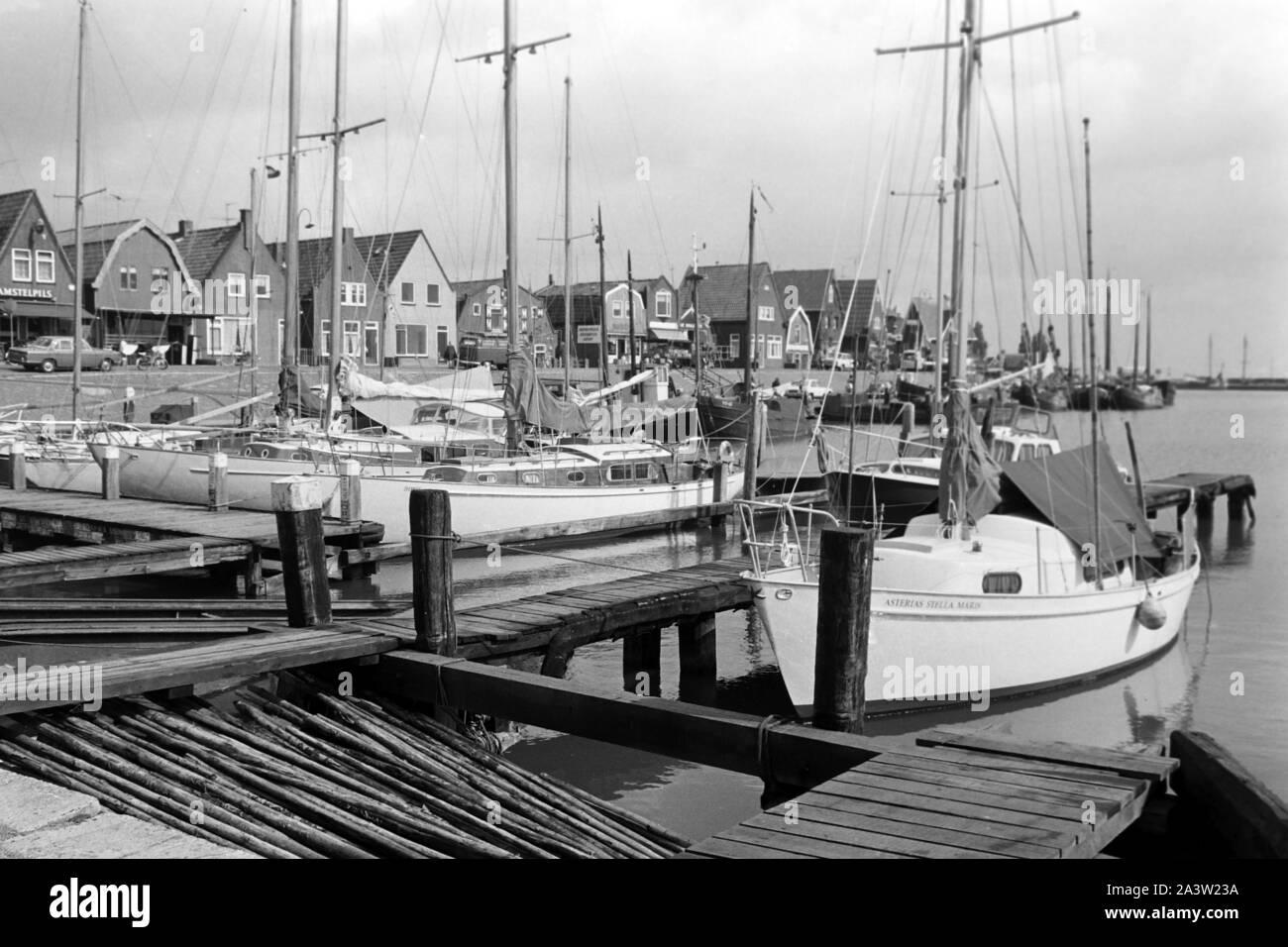 Segelboote an einem Kai im Hafen von Volendam Niederlande 1971. Sailing boats on a quay at the harbor of Volendam, The Netherlands 1971. Stock Photo