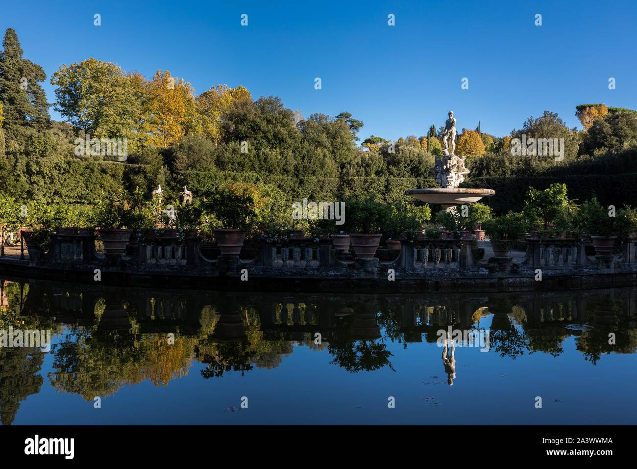 REFLECTIONS OF STATUES AND BUSHES IN THE FOUNTAIN OF THE OCEAN, BOBOLI GARDEN, FLORENCE, TUSCANY, ITALY Stock Photo