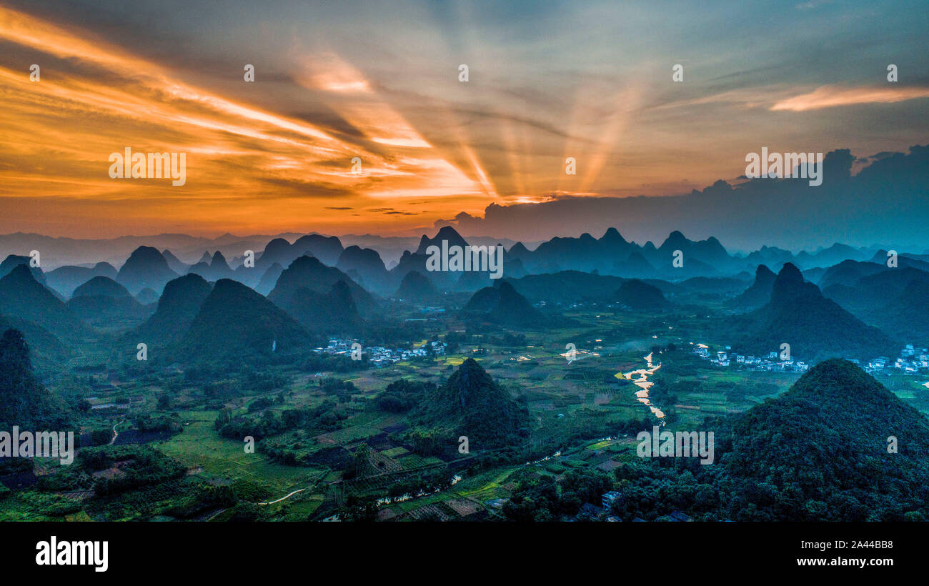 The mountains and hills are surrounded by mist and cloud along the Li River at sunrise in Yangshuo county, Guilin city, south China's Guangxi Zhuang A Stock Photo