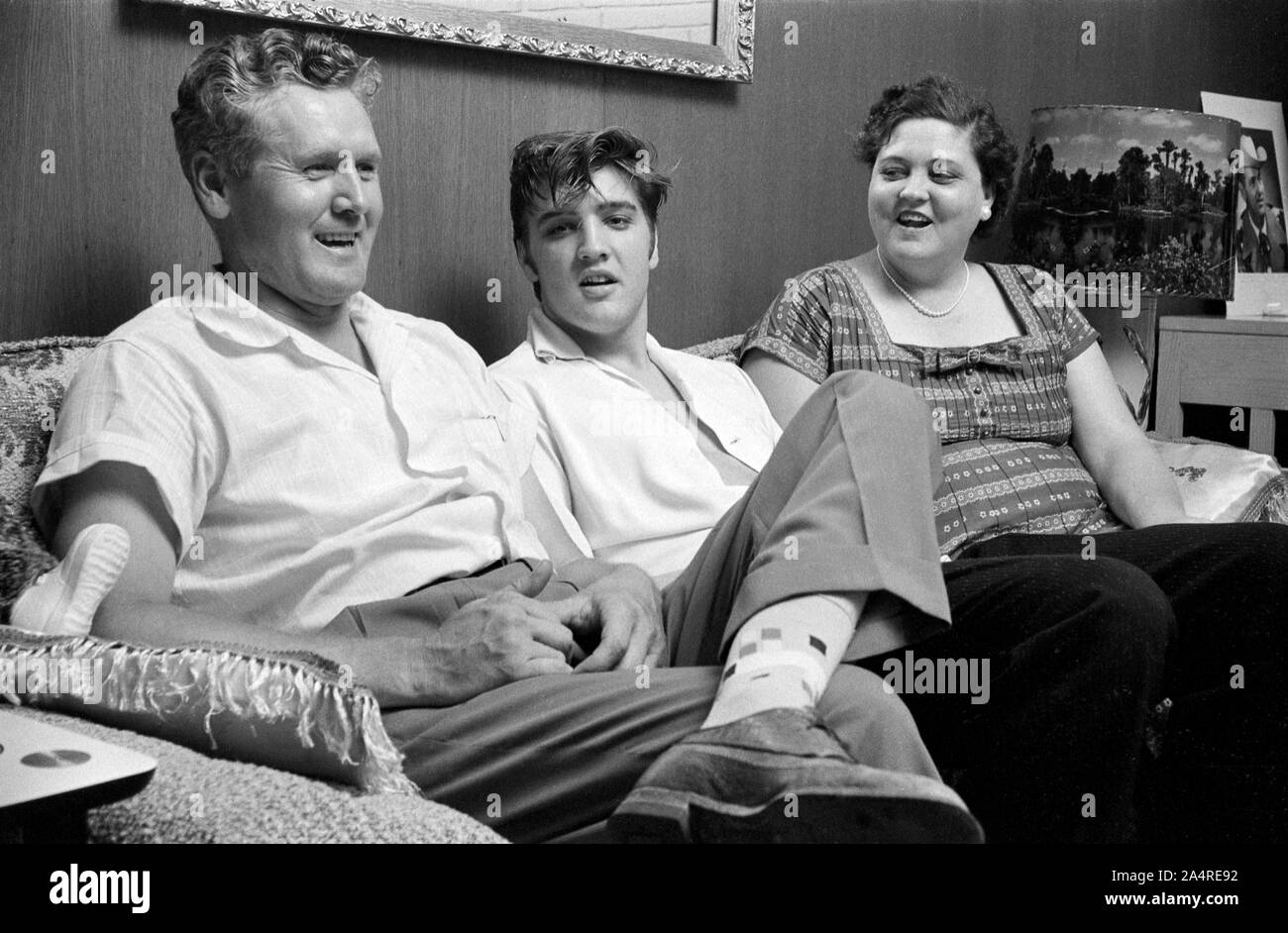 Elvis Presley with his father, Vernon, and his mother Gladys Presley, in the living room at 1034 Audubon Drive, Memphis, Tennessee, May 29, 1956 Stock Photo