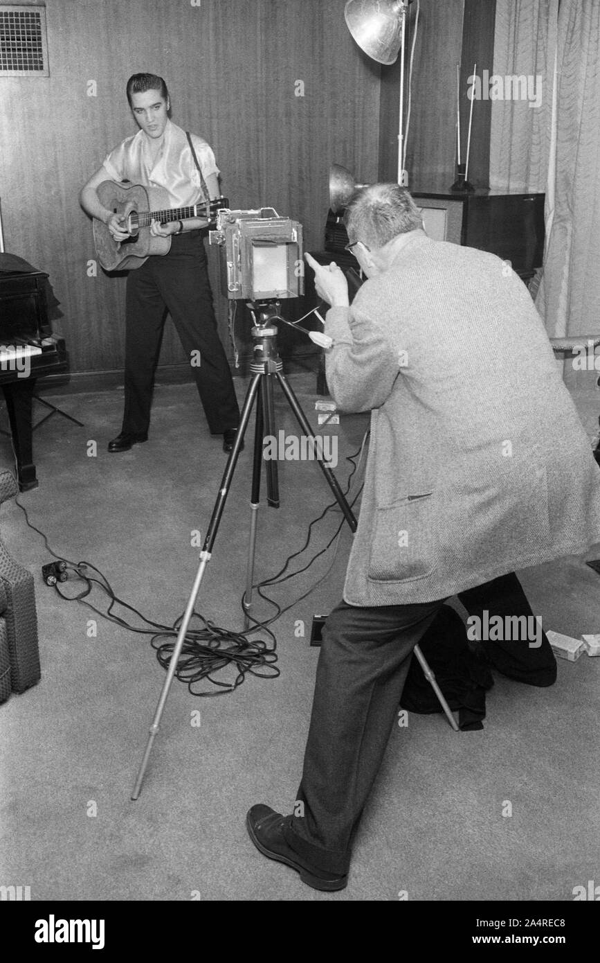 Elvis Presley during a publicity photoshoot, at Elvis's house at 1034 Audubon Drive, Memphis, Tennessee, May 29, 1956 Stock Photo