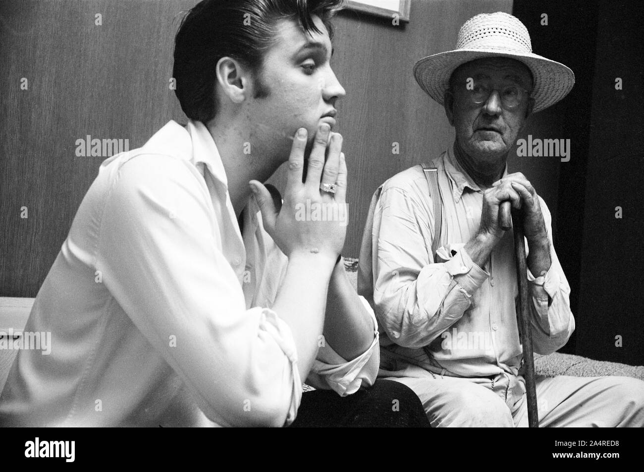 Elvis Presley with family friend Dan Shackleford, at Elvis's house at 1034 Audubon Drive, Memphis, Tennessee, May 29, 1956 Stock Photo